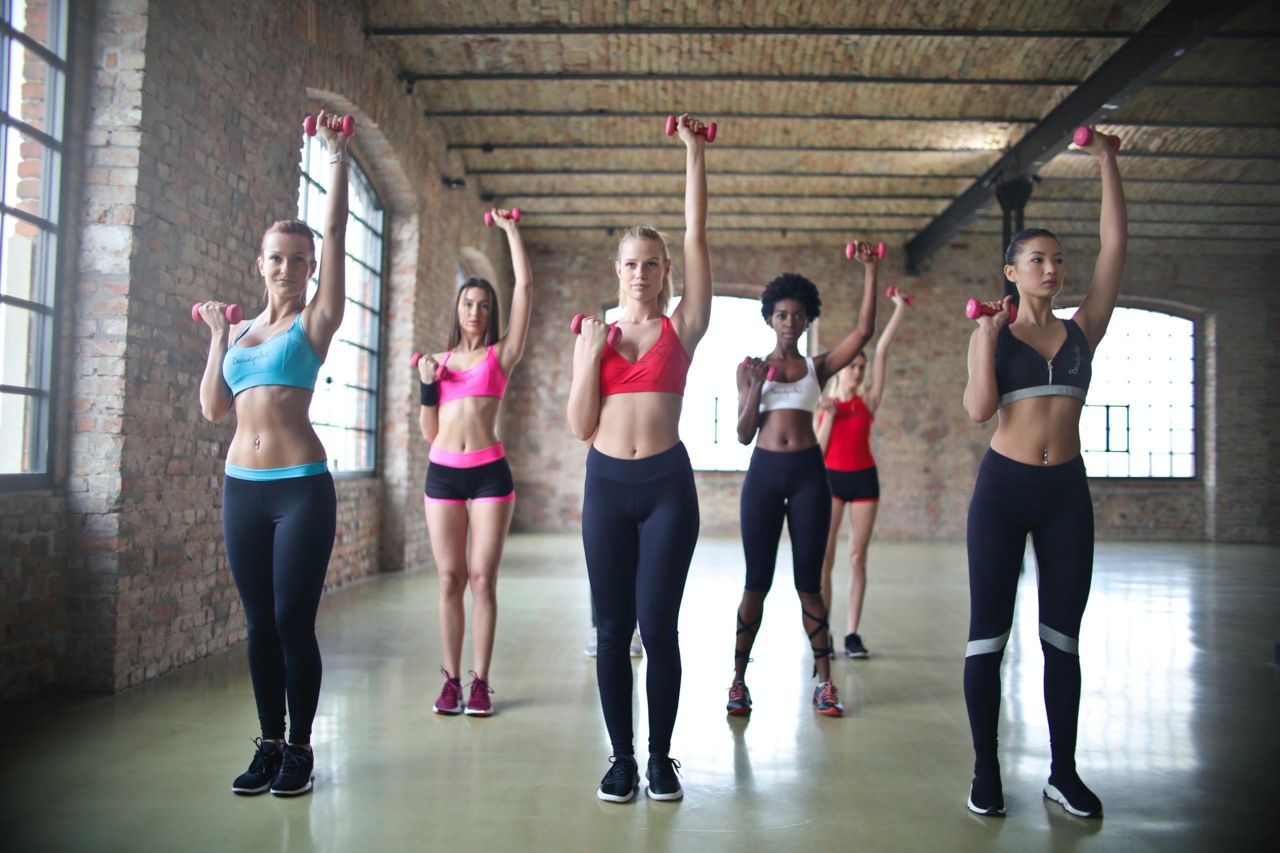 Imagem de um grupo de mulheres treinando.