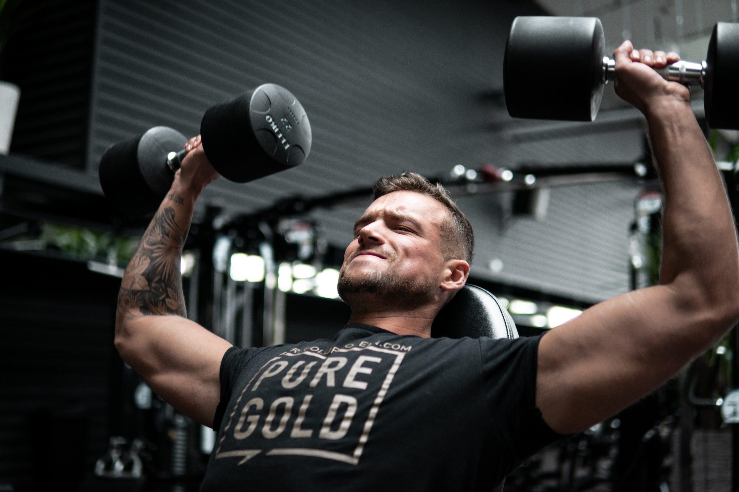 Imagem de um homem treinando.