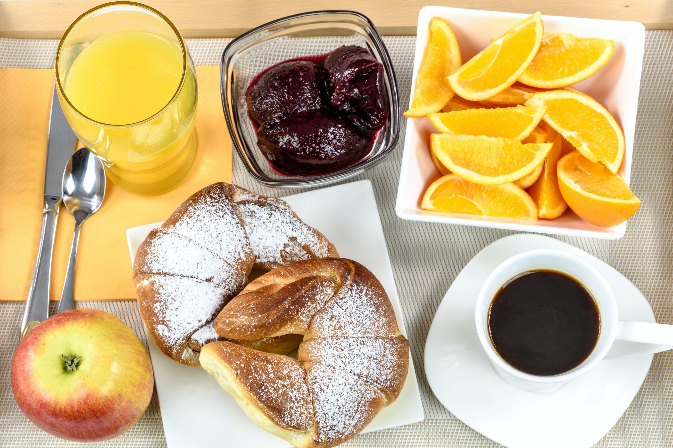 Imagem de uma bandeja de café da manhã.
