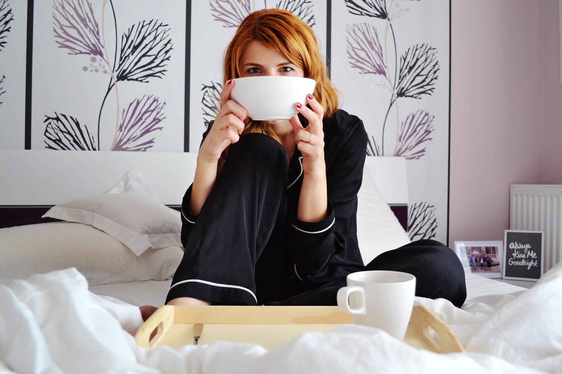 Imagem de uma mulher tomando café da manhã.