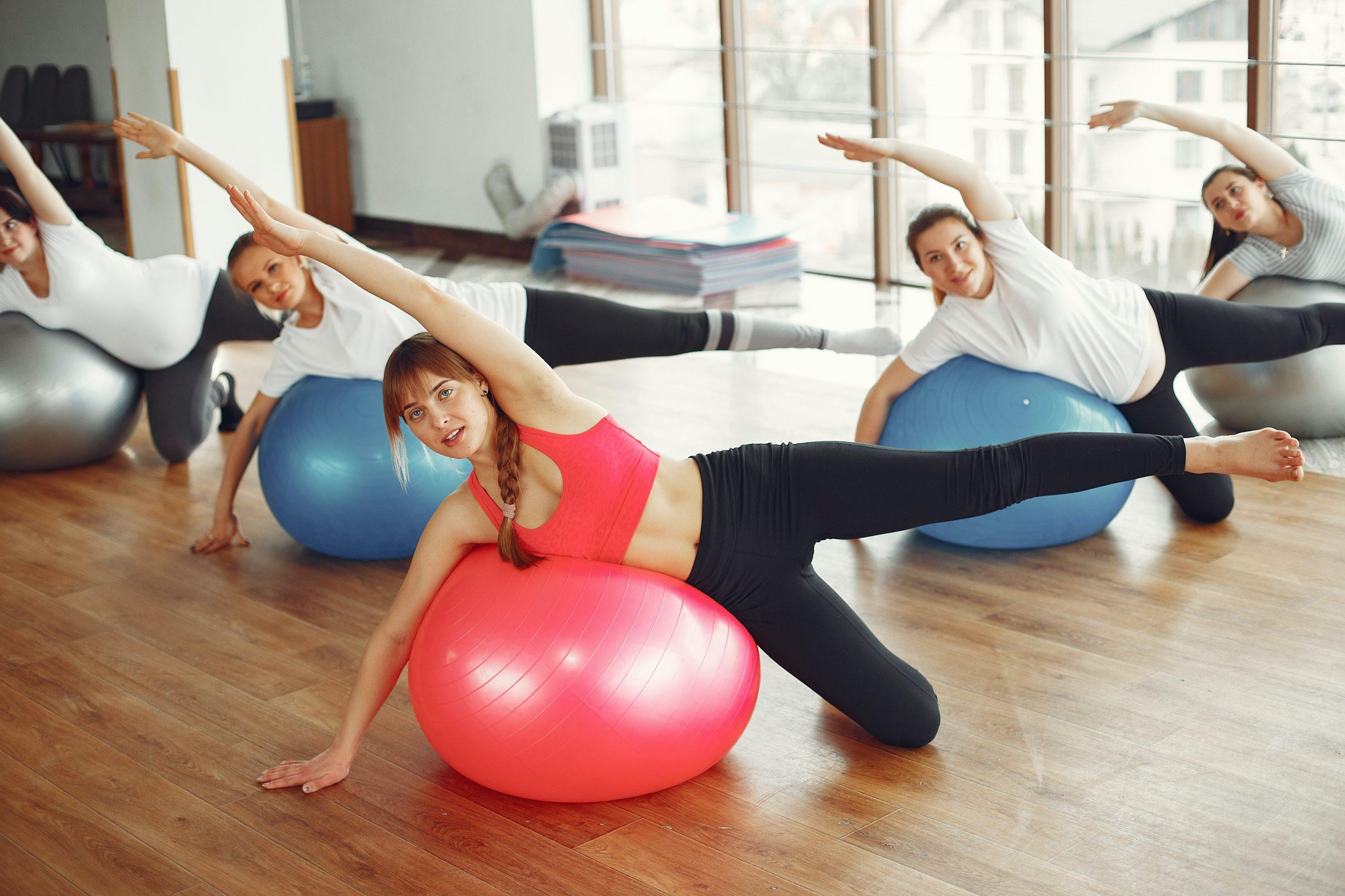 Imagem de gestantes em uma aula de pilates.