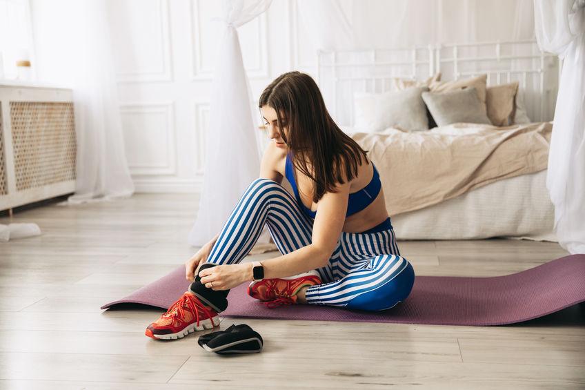 Vrouw doet oefening op stepper. Close-up op poten.