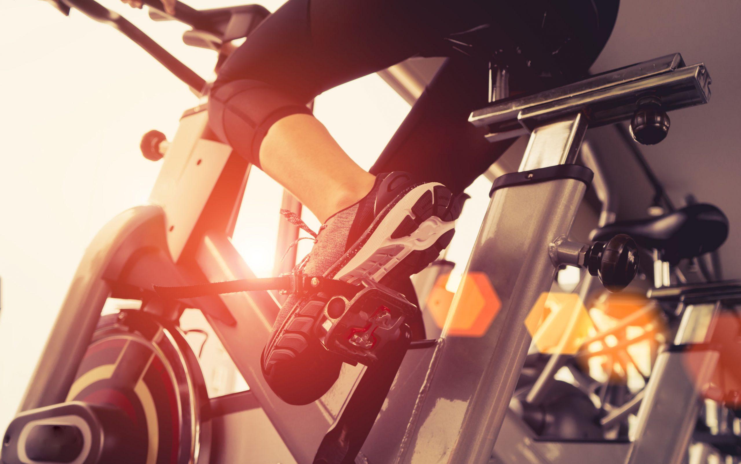 Mulher fazendo exercício na academia em uma bicicleta