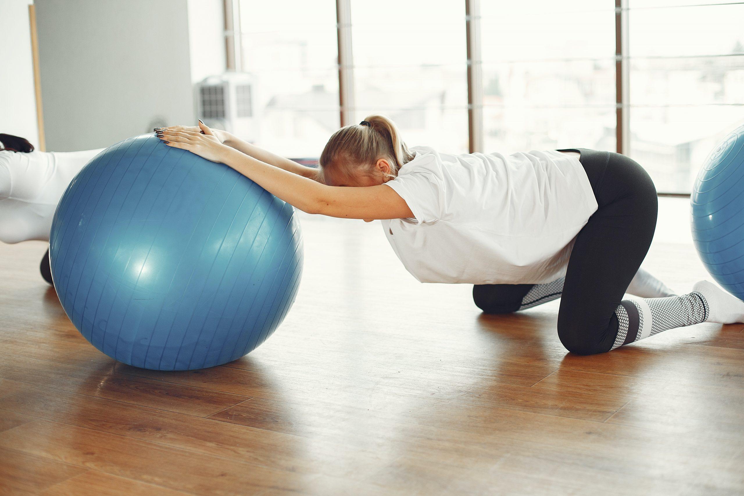 Imagem de uma mulher fazendo exercícios de pilates.