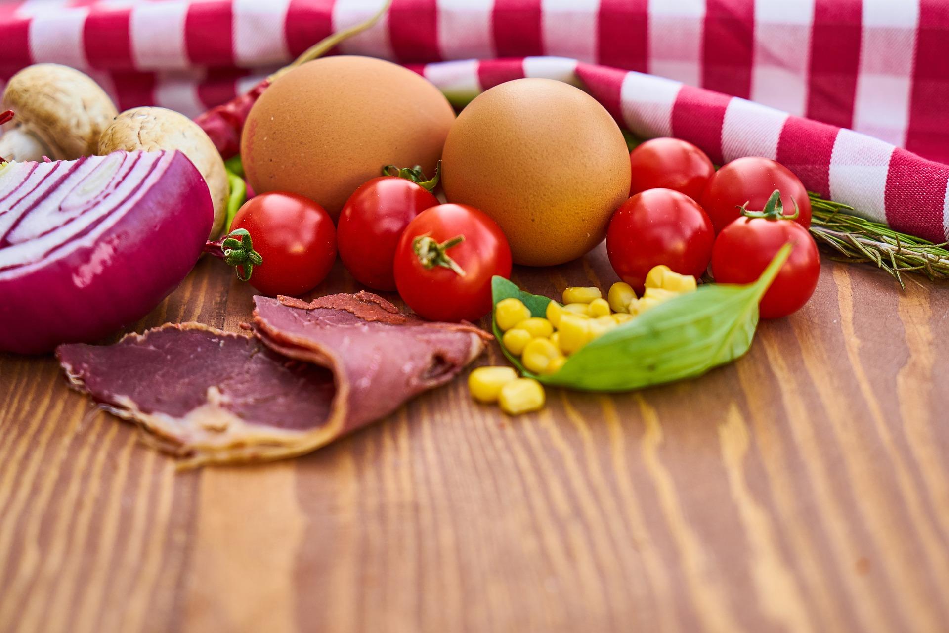 Ovos, bacon, legumes.