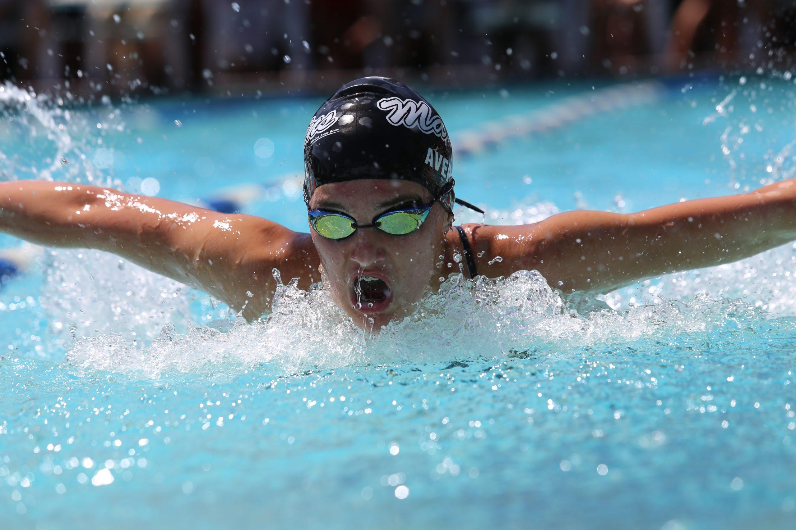 Imagem de uma pessoa nadando.