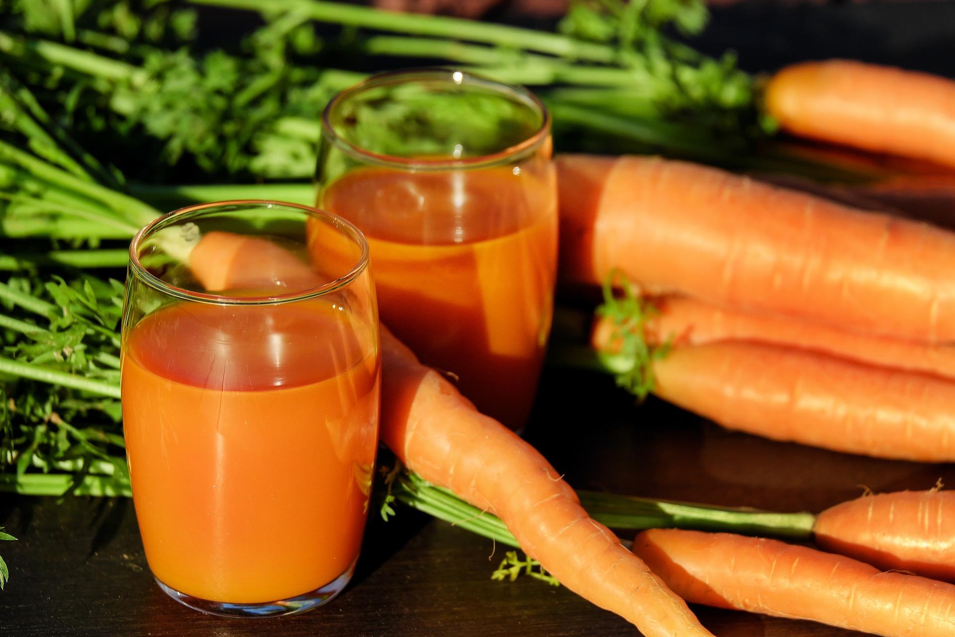 Cenouras e suco de cenoura.