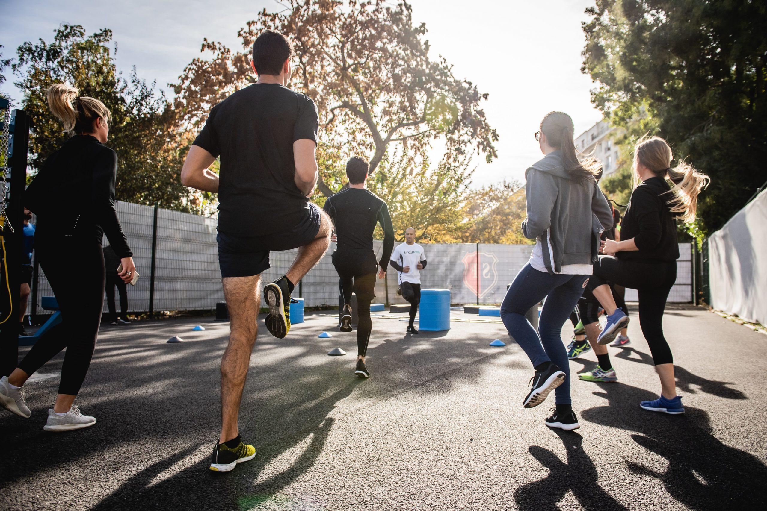Imagem de pessoas praticando treino funcional.