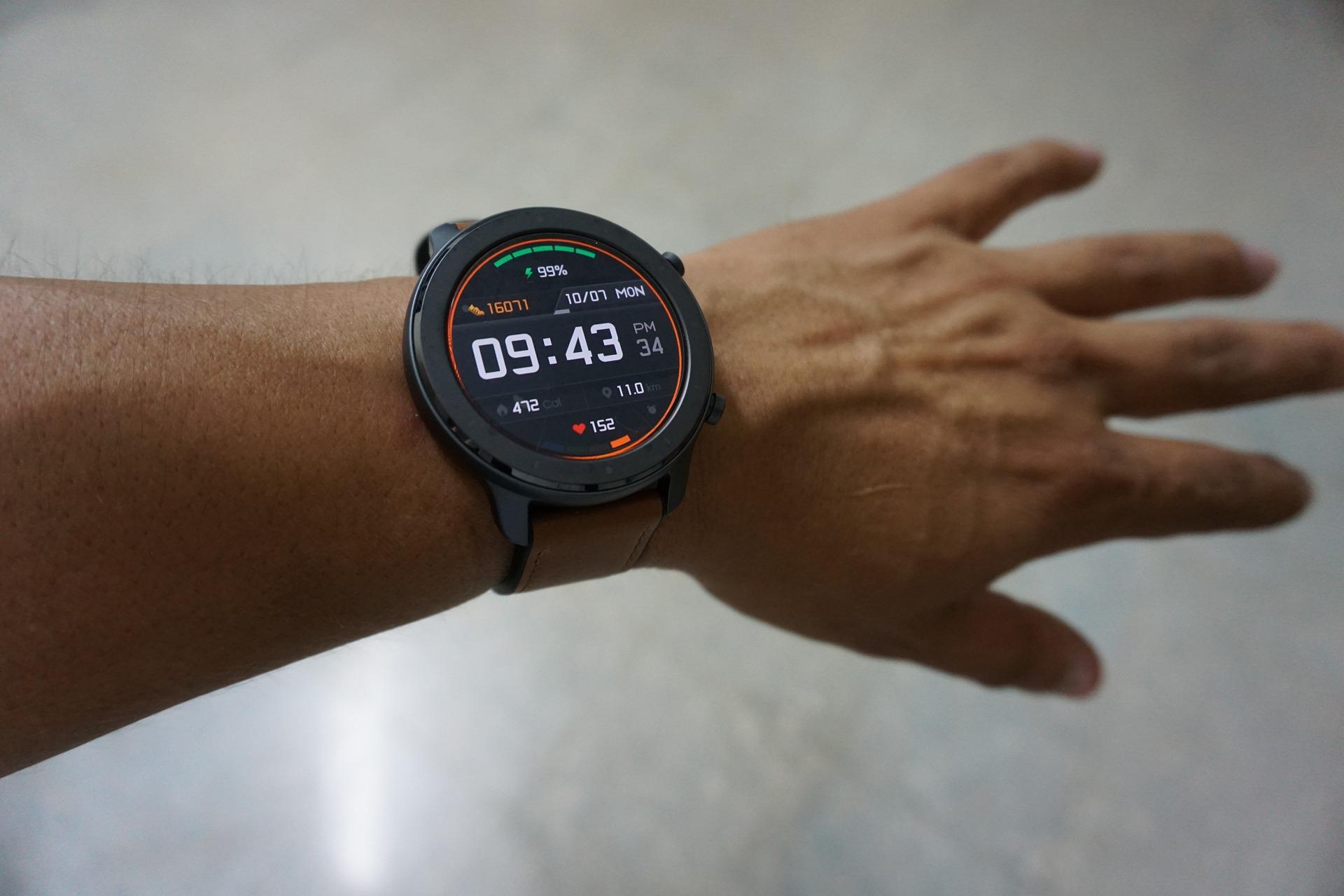 Pulso de um homem com relógio inteligente mostrando informações como batimentos cardíacos