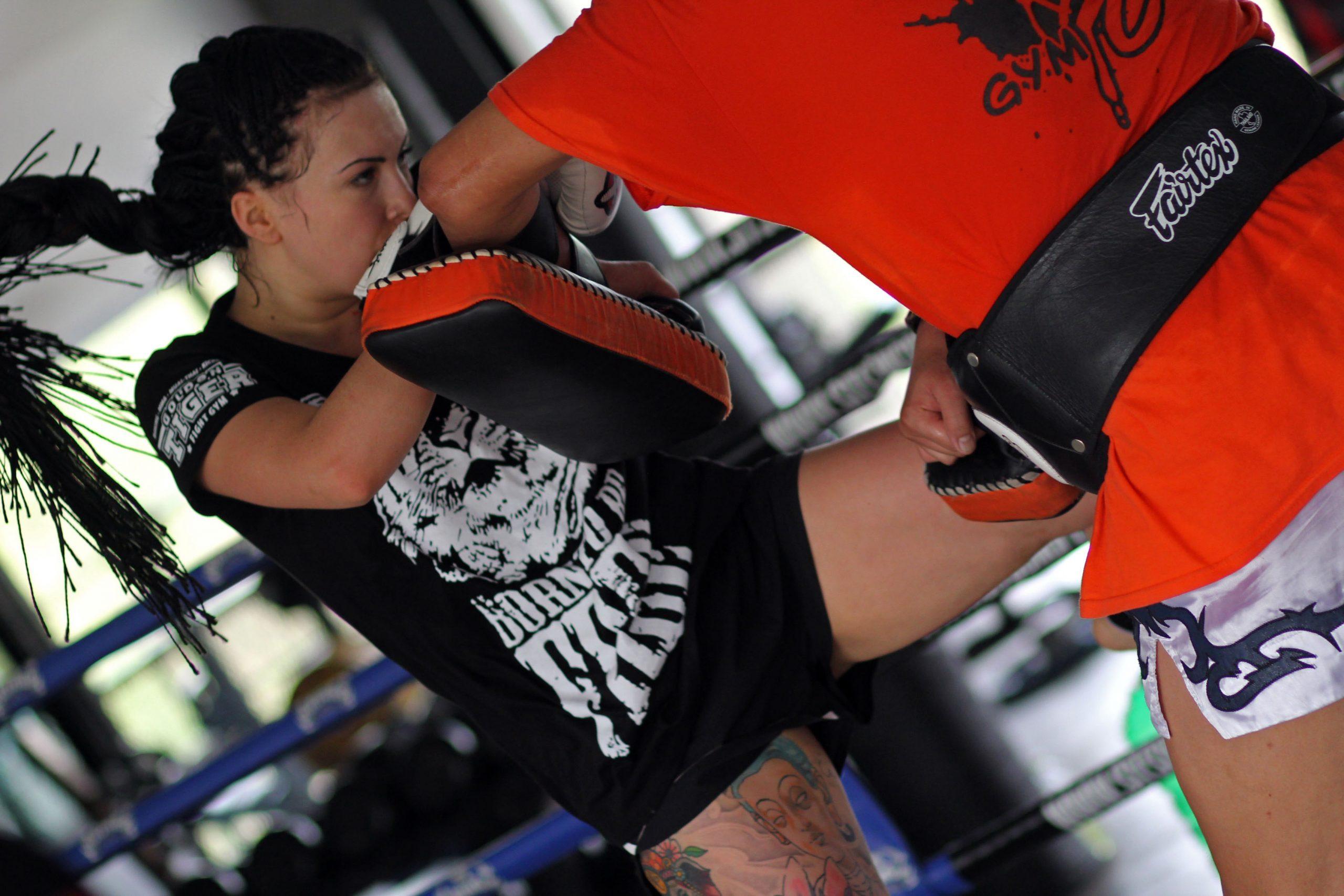 Imagem de uma mulher lutando.