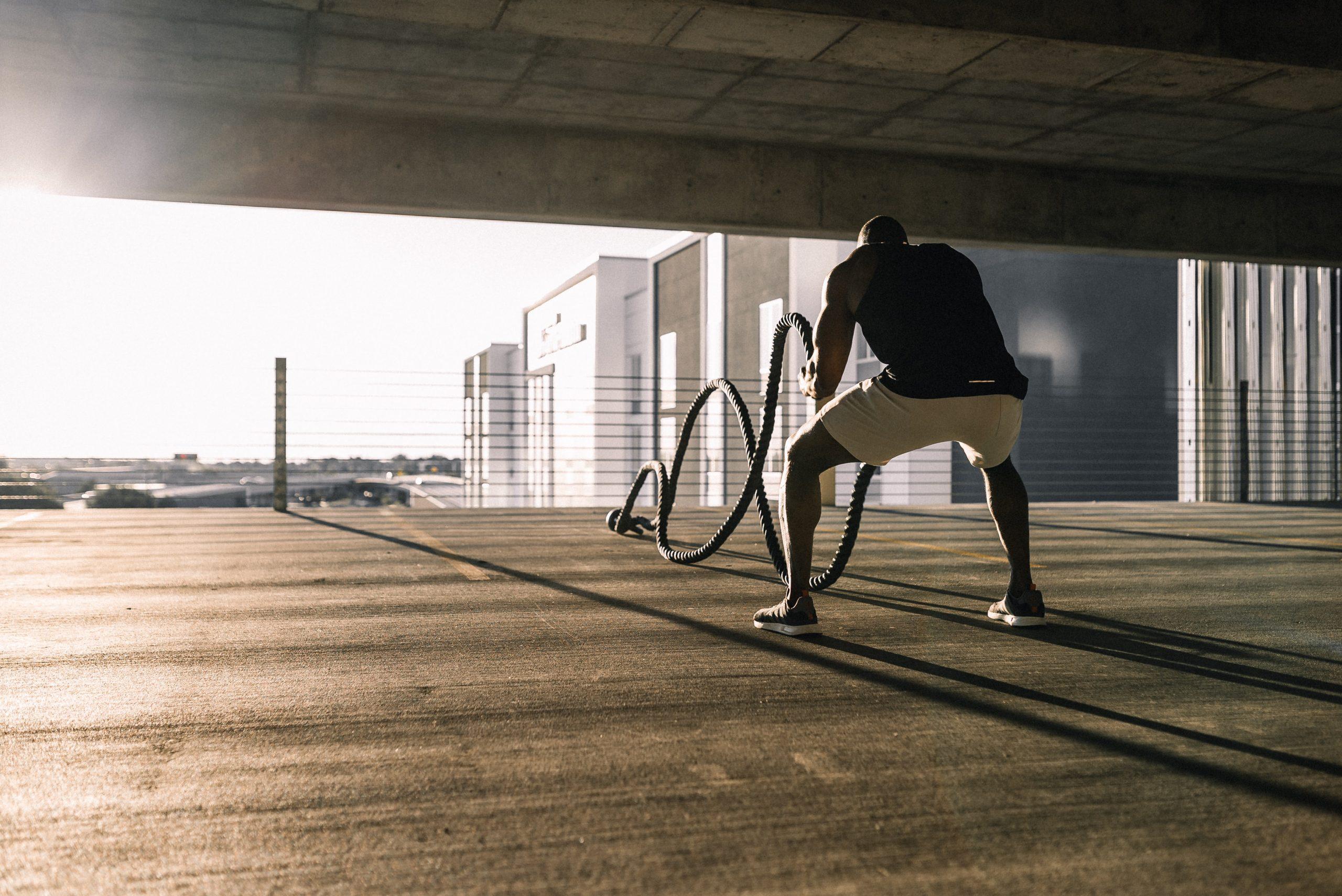 Imagem de um homem se exercitando com uma corda.