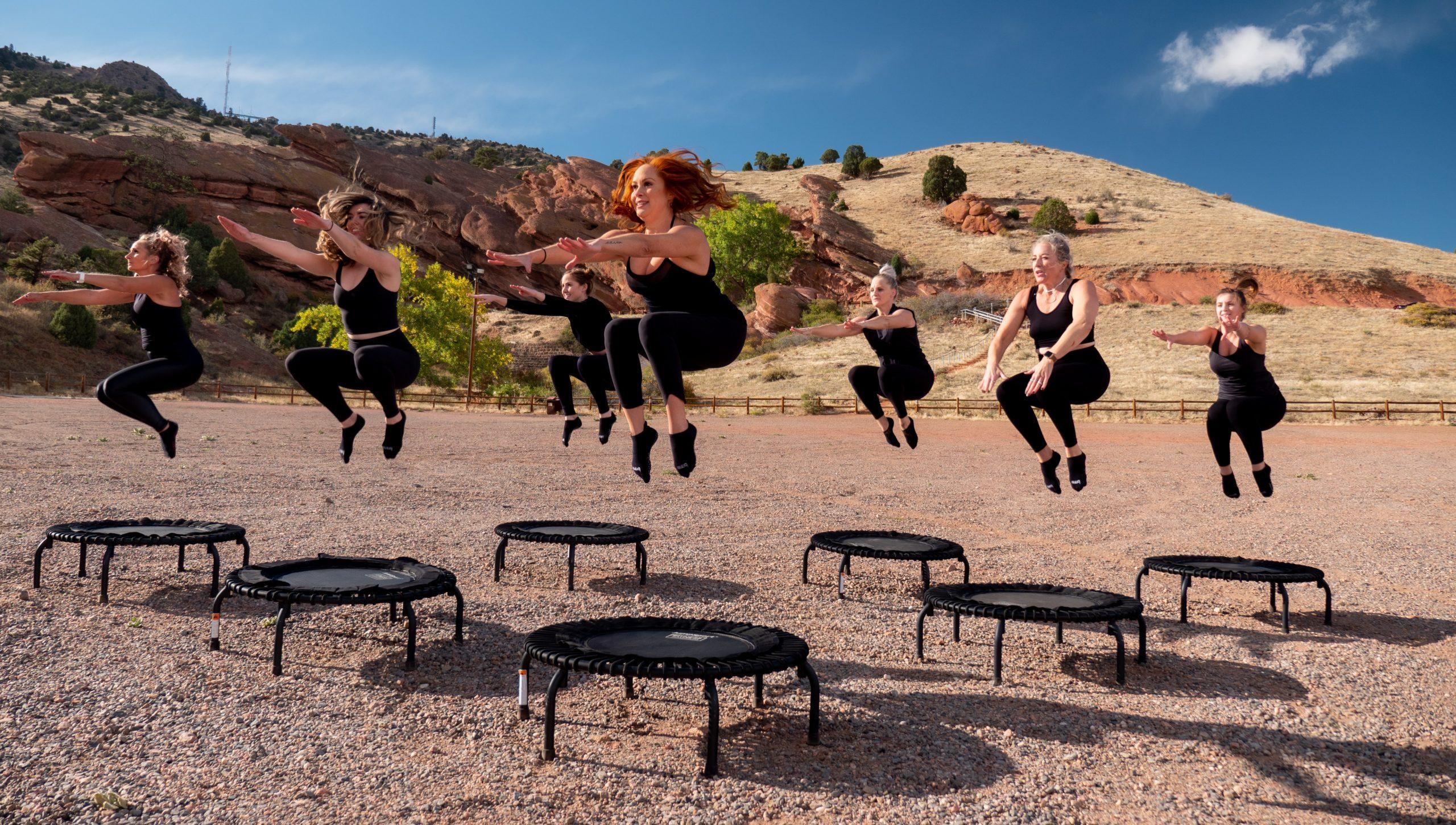 Imagem de um grupo de mulheres praticando jump.