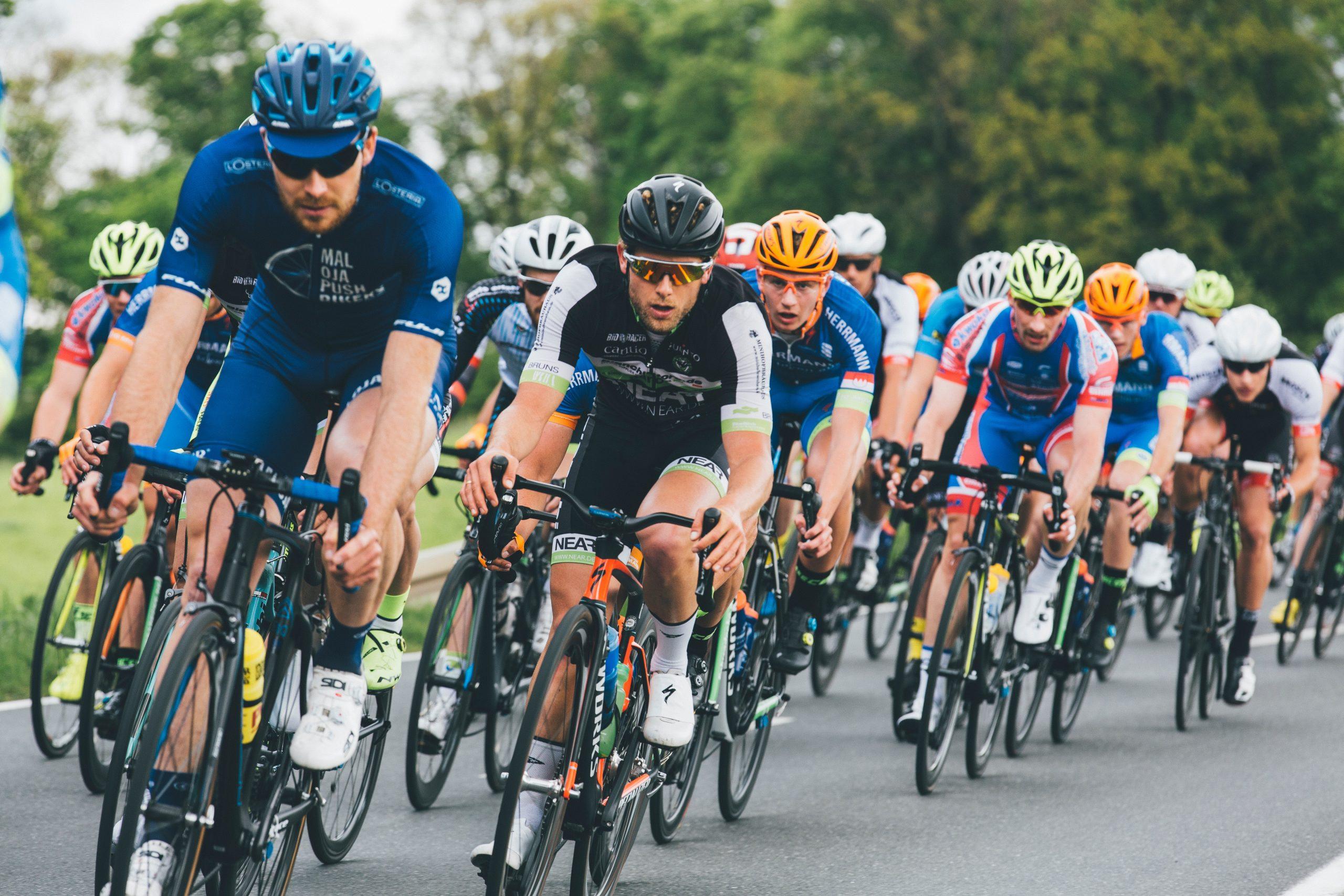 Imagem de um grupo de ciclistas.