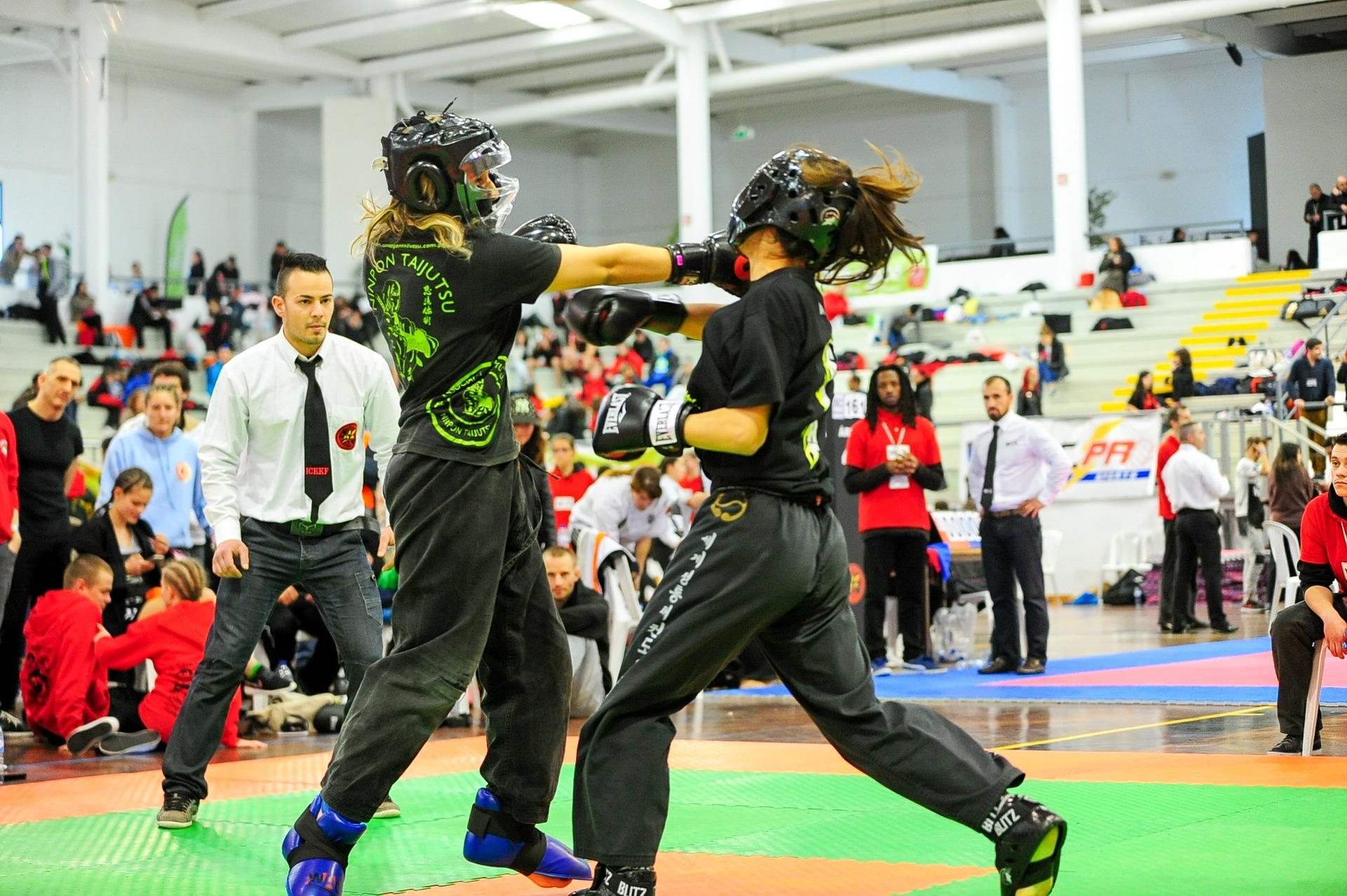 Duas competidoras em luta oficial de boxe.