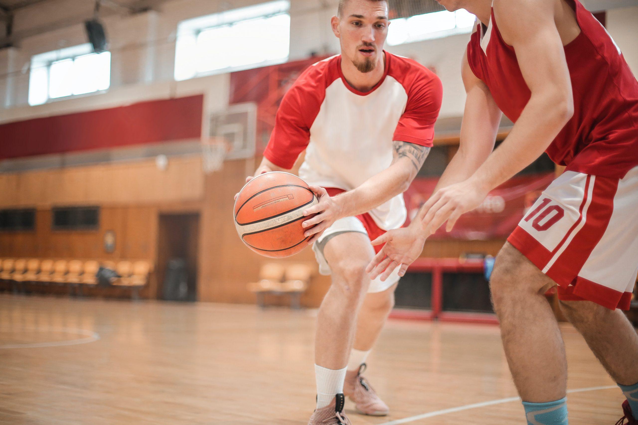 Imagem de dois rapazes jogando basquete.