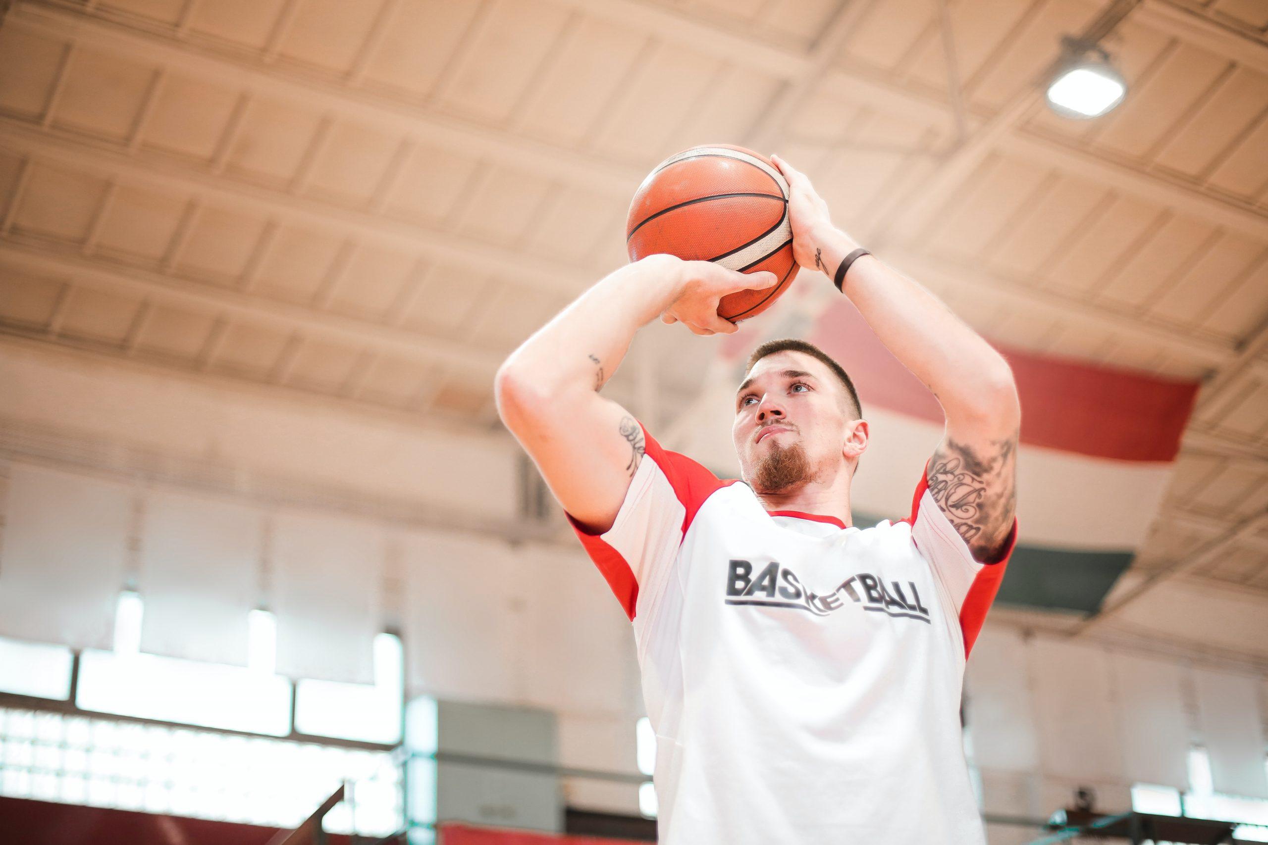 Imagem de um homem jogando basquete.