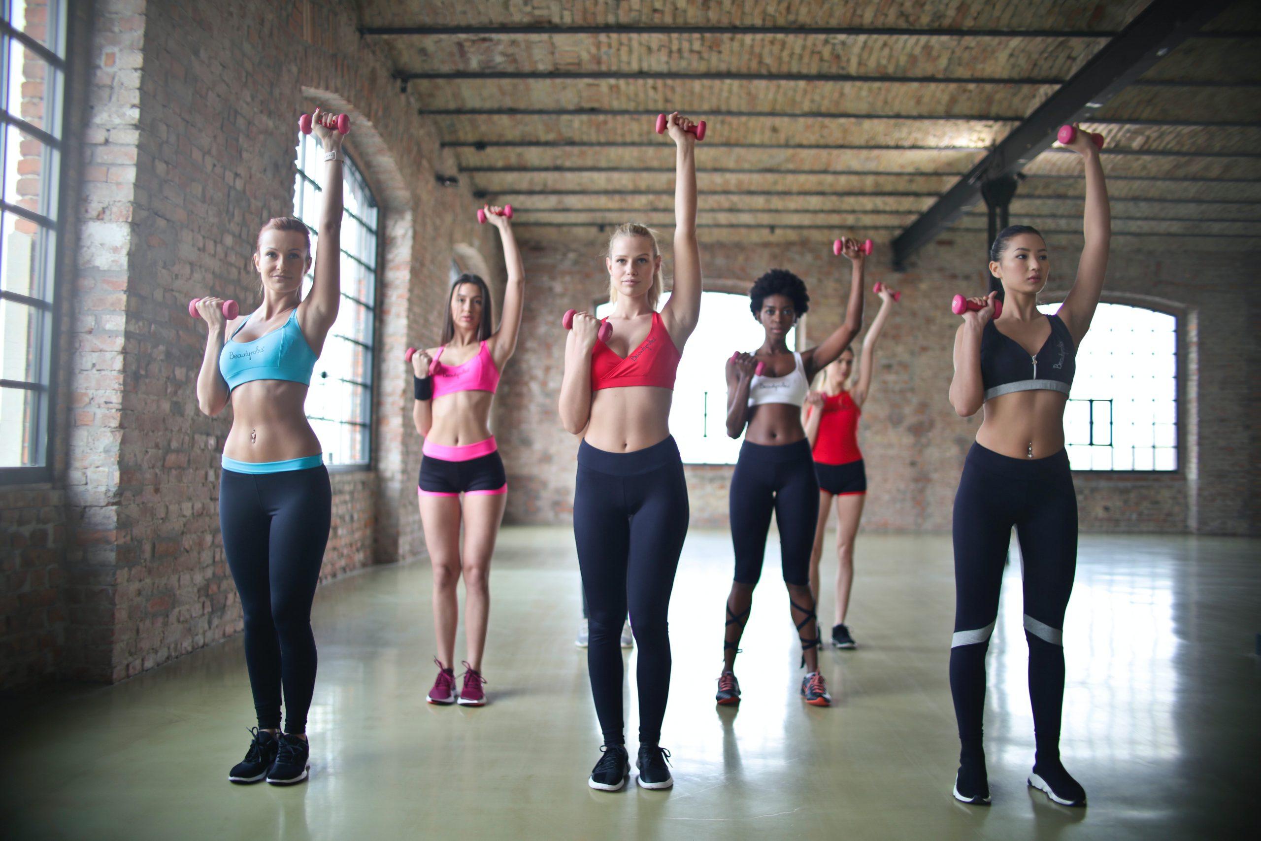 Imagem de um grupo de mulheres fazendo uma aula de ginástica.