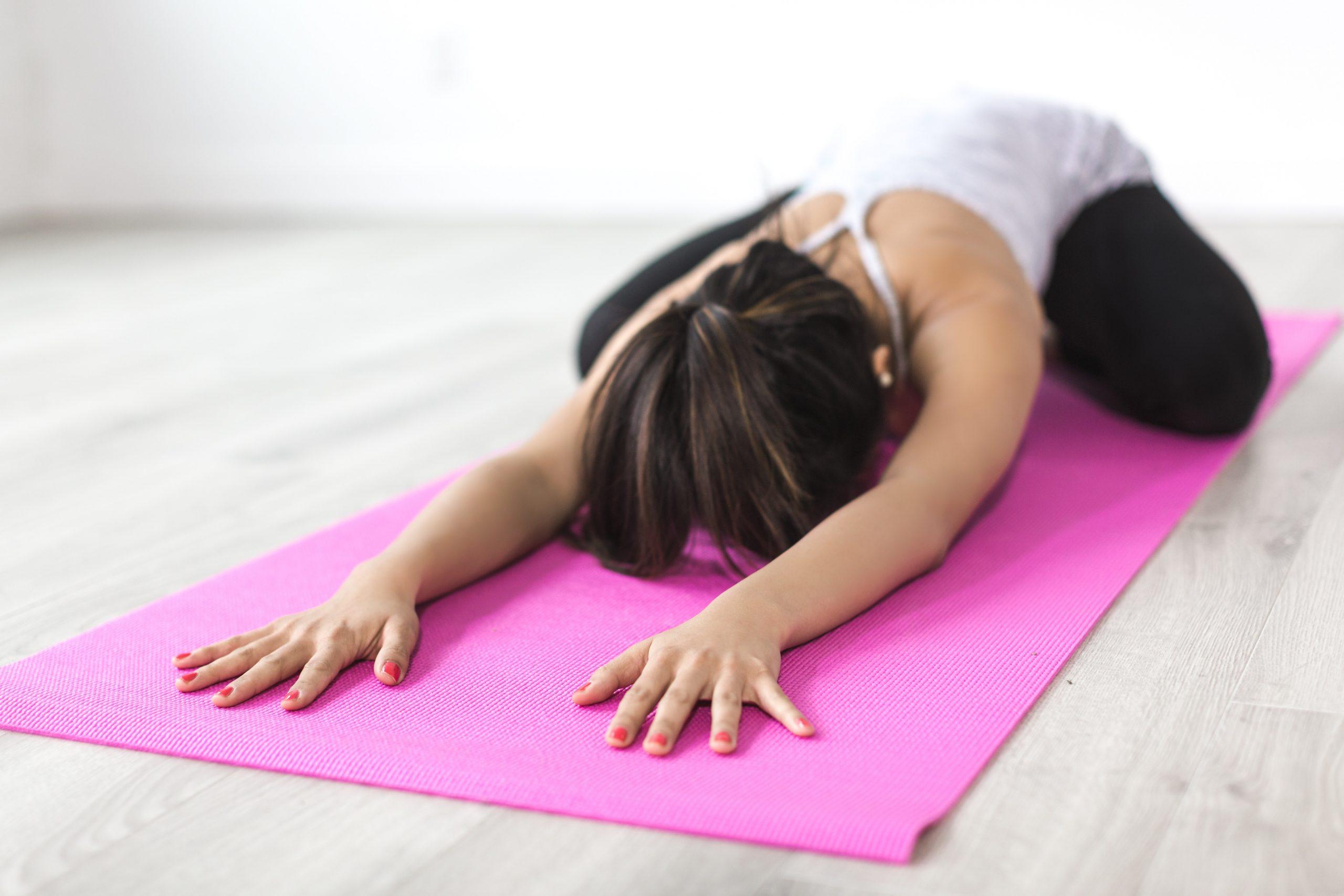 Imagem de uma mulher fazendo alongamento.