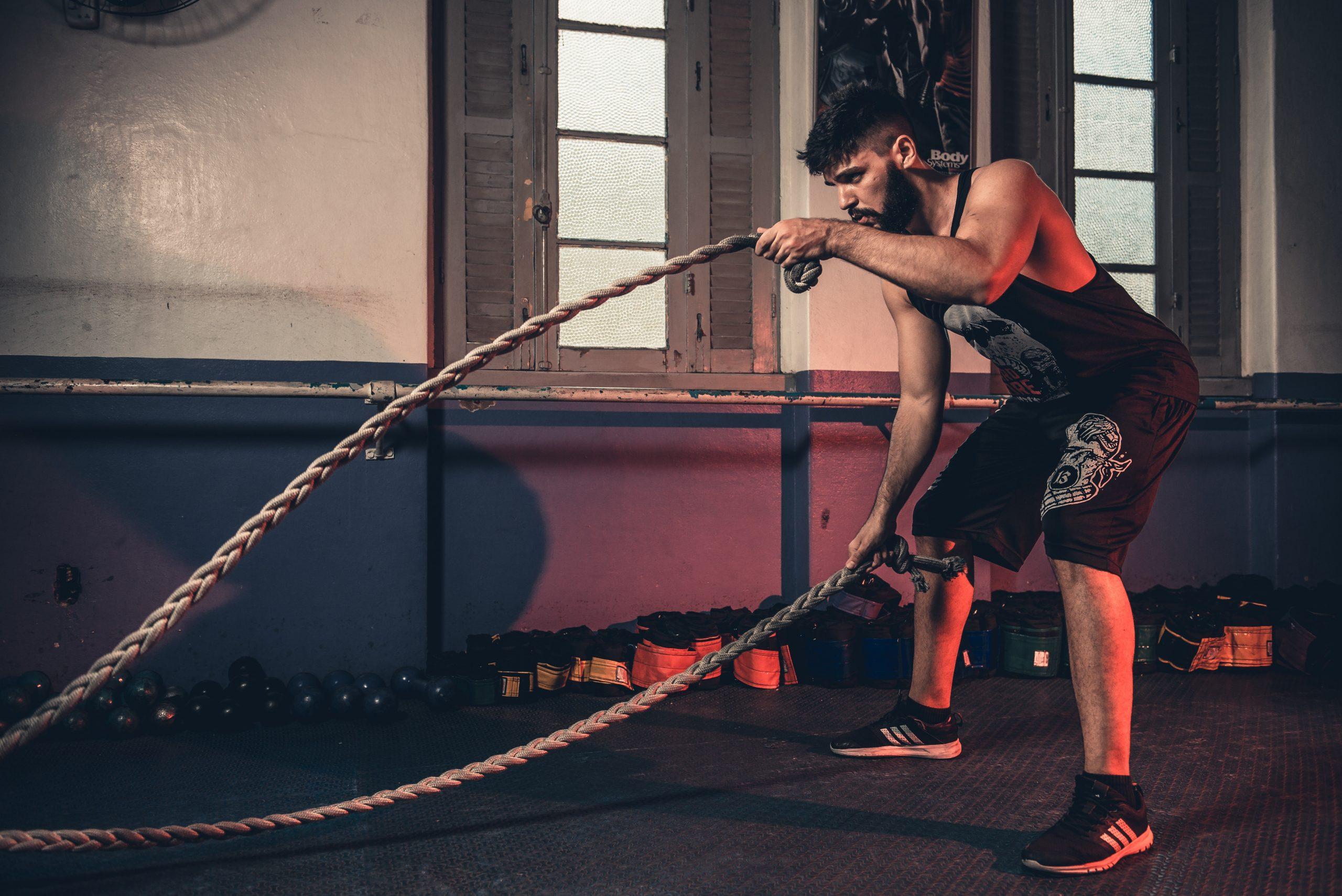 Imagem de um homem treinando com uma corda.