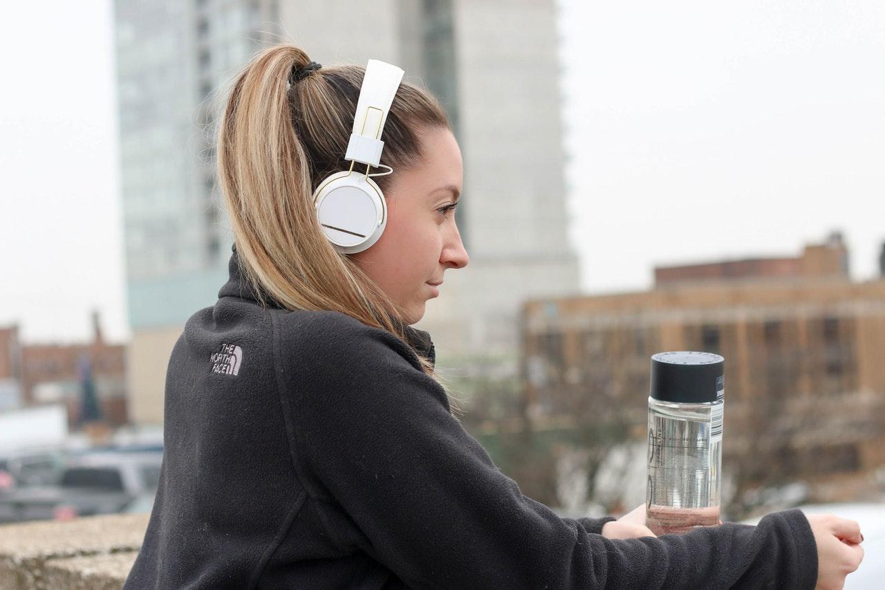Imagem de uma mulher segurando uma garrafa de água.