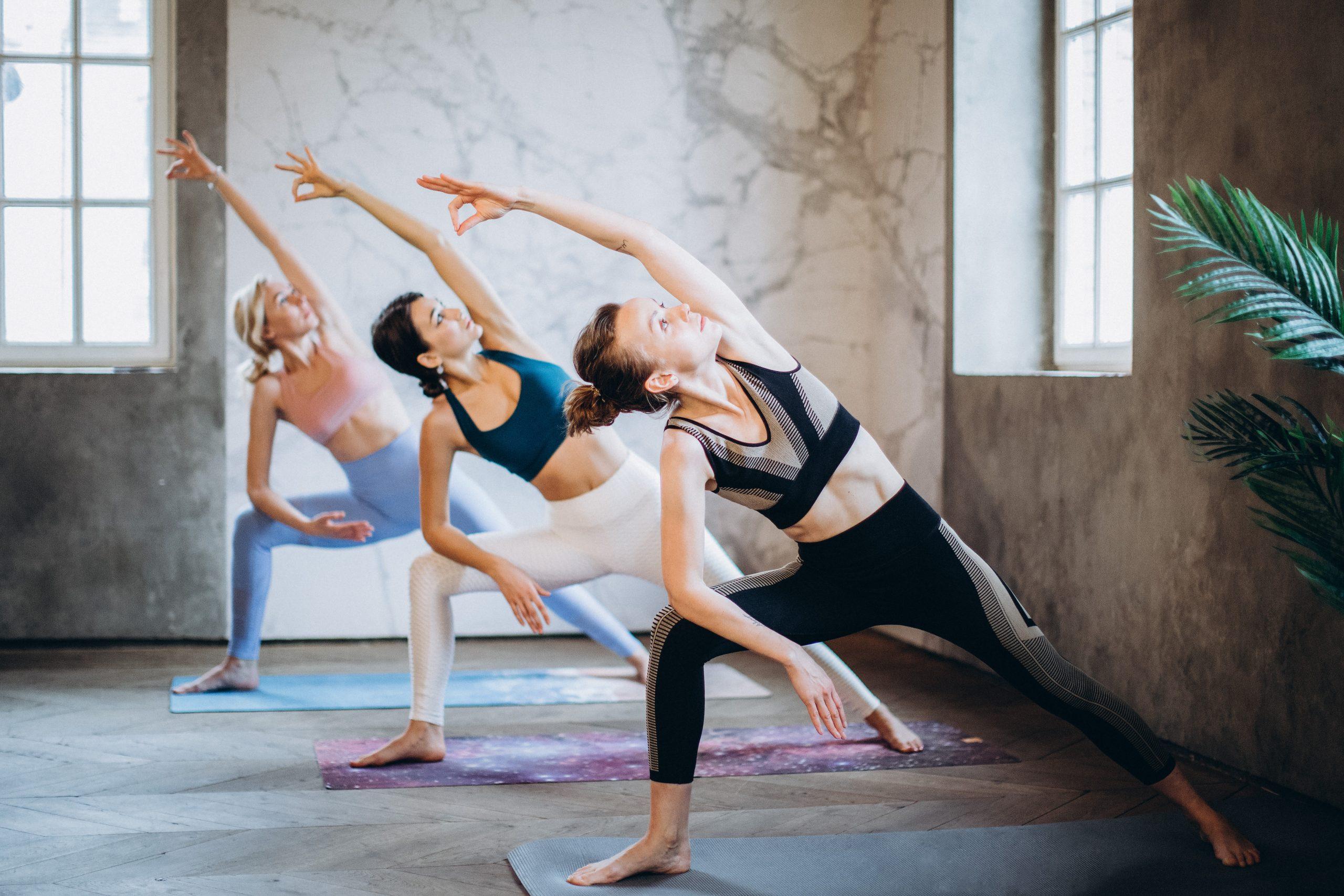 Imagem de mulheres praticando yoga.