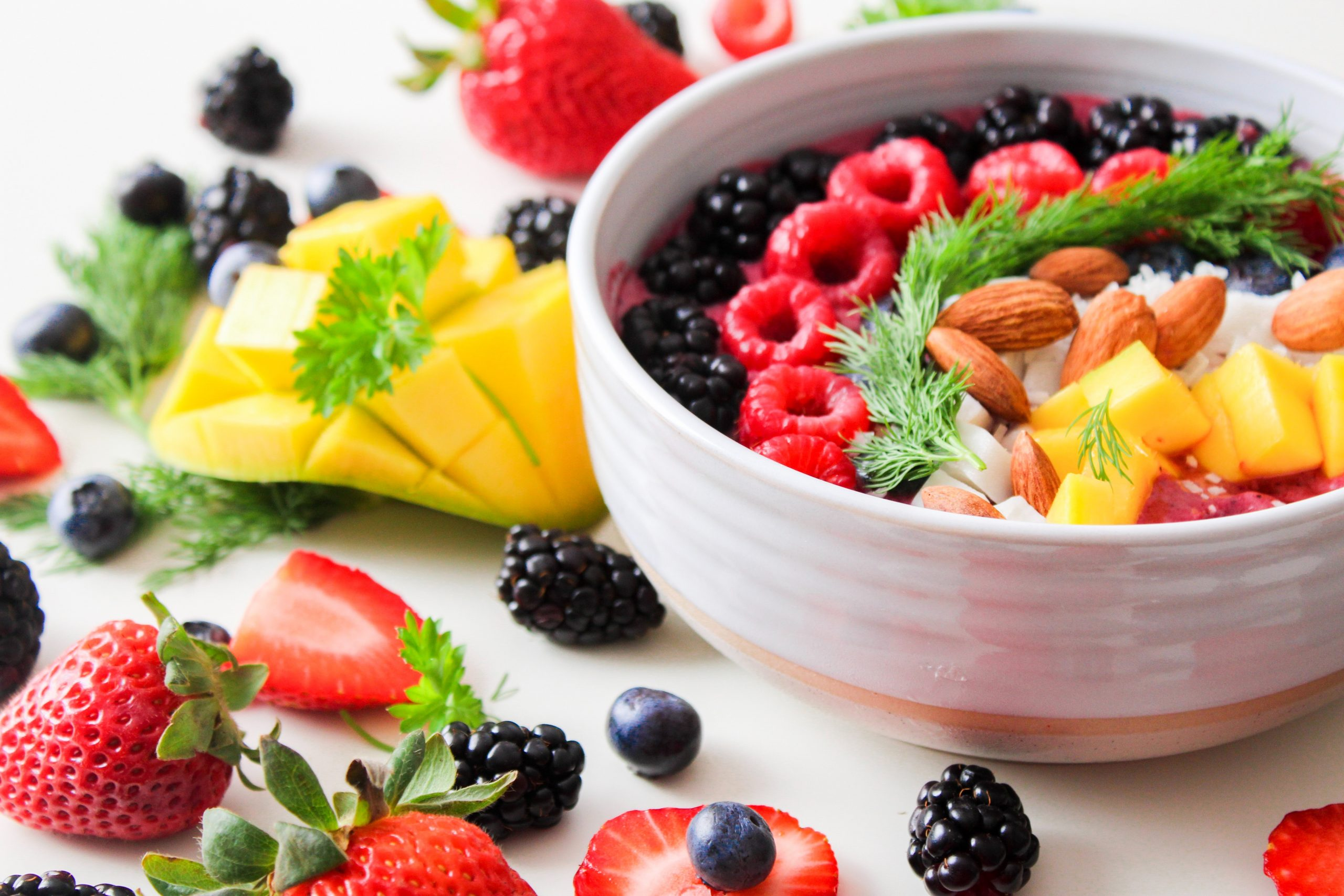 Imagem de uma tigela com frutas.