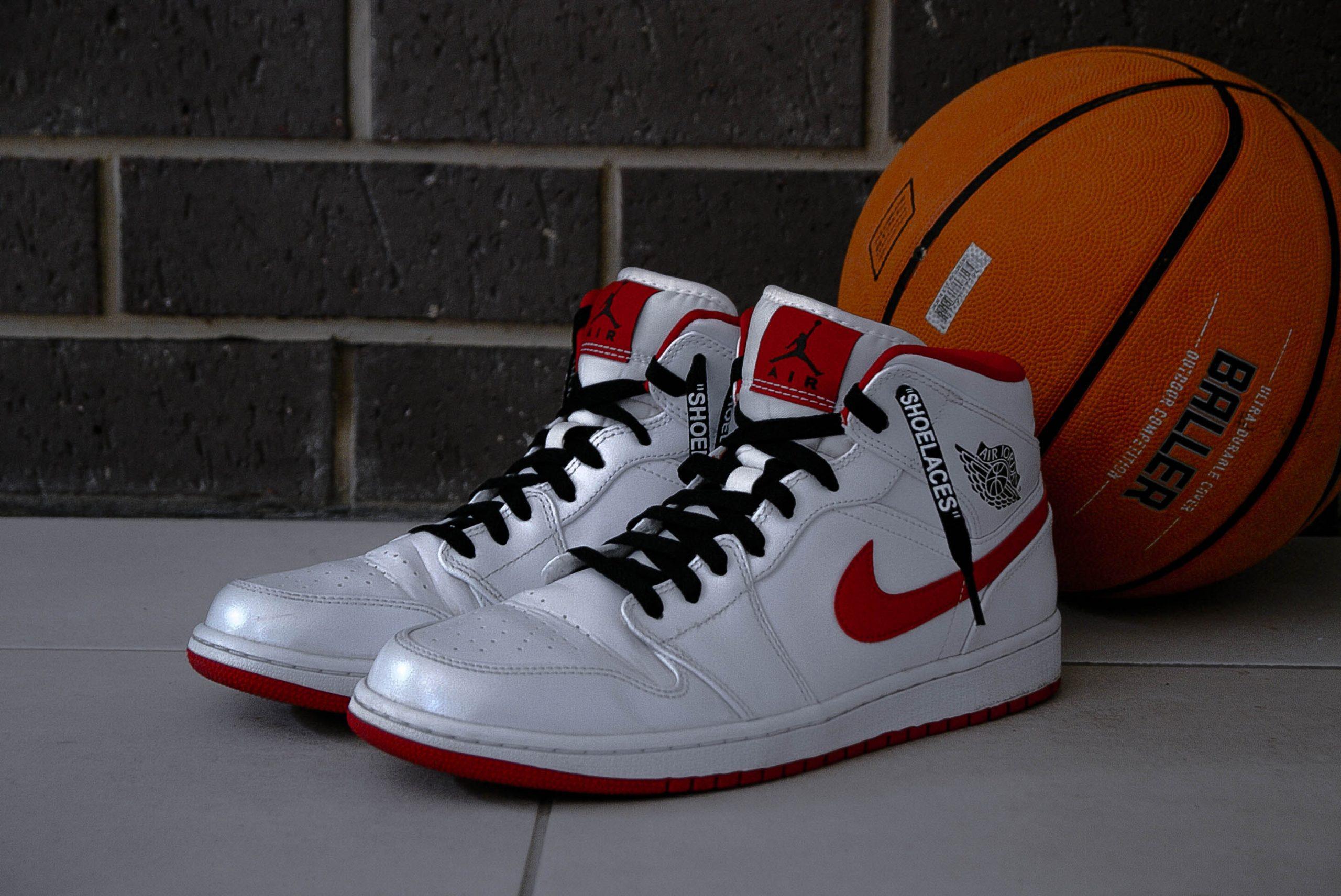 Imagem de um par de tênis de basquete.