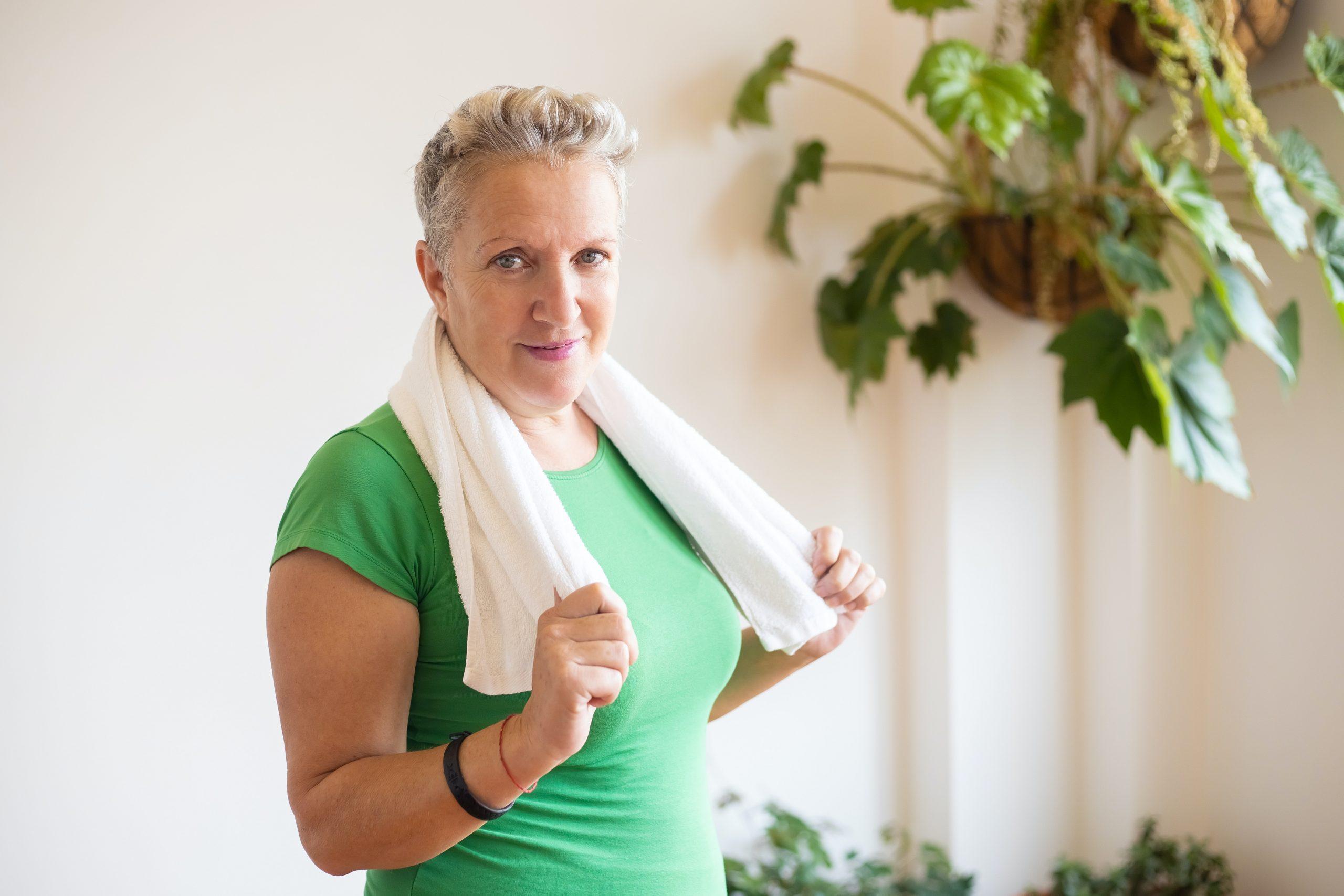 Imagem de uma mulher com uma toalha no pescoço.