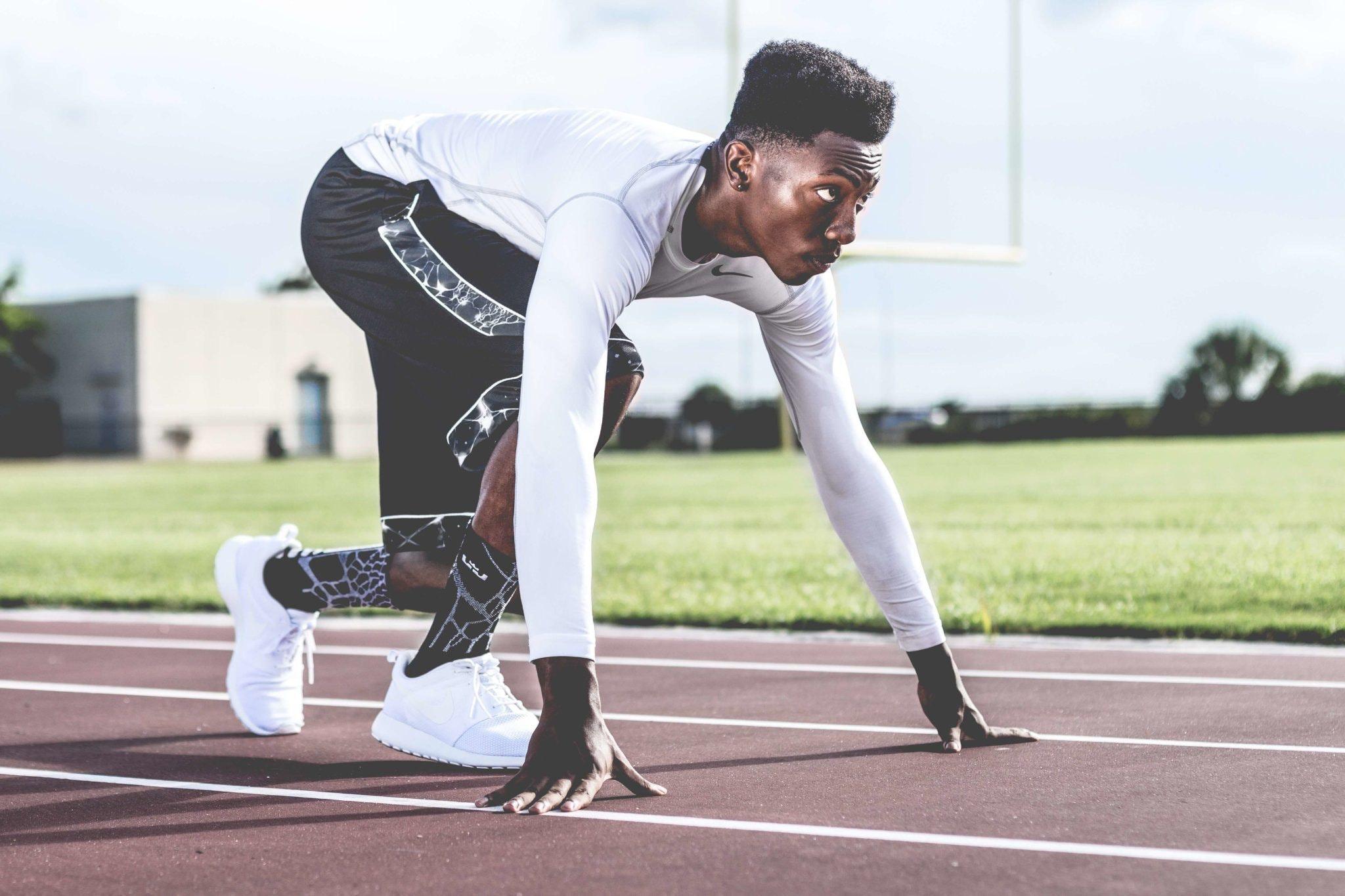 Imagem de um homem se preparando para correr.