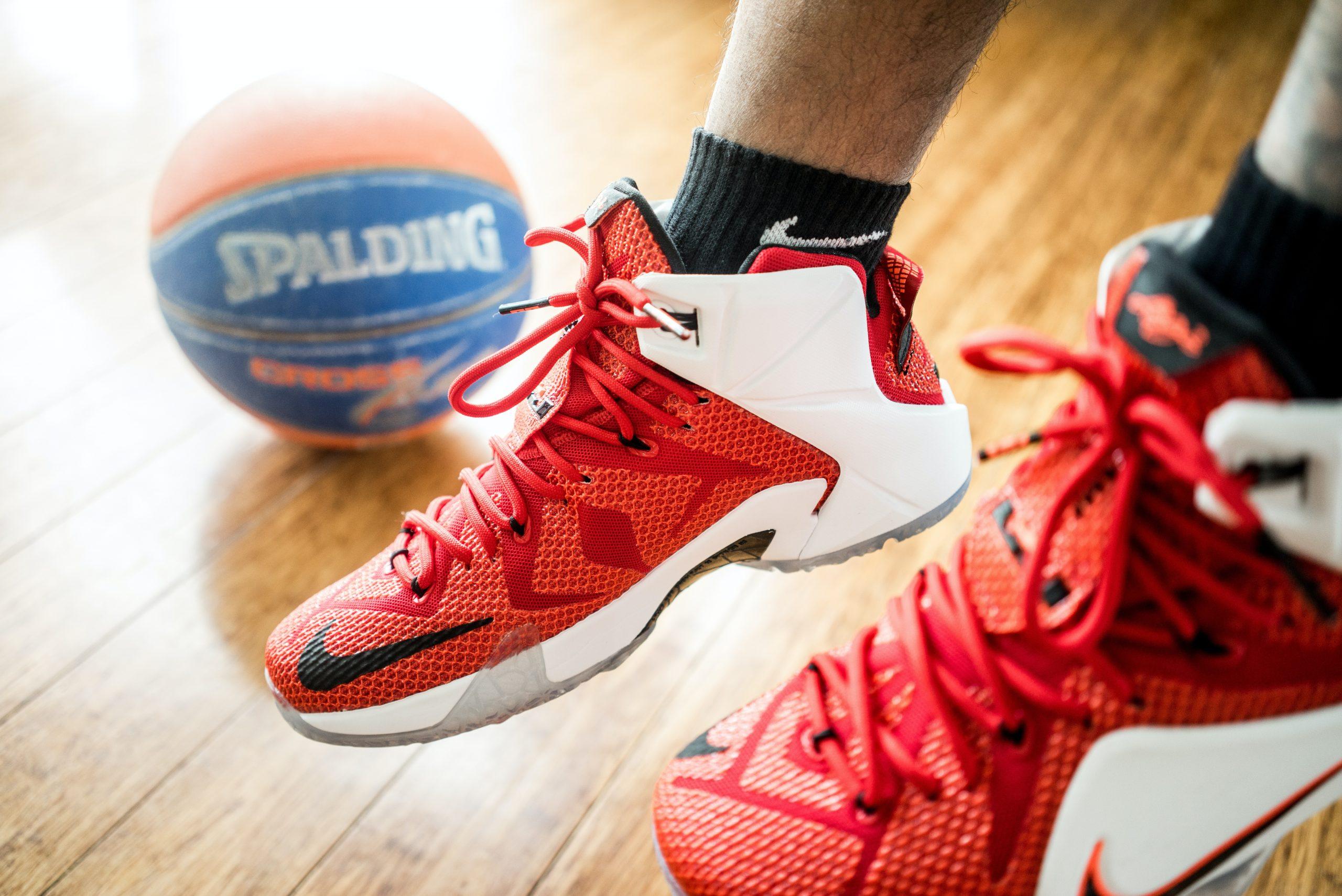 Imagem de um homem usando um tênis de basquete.