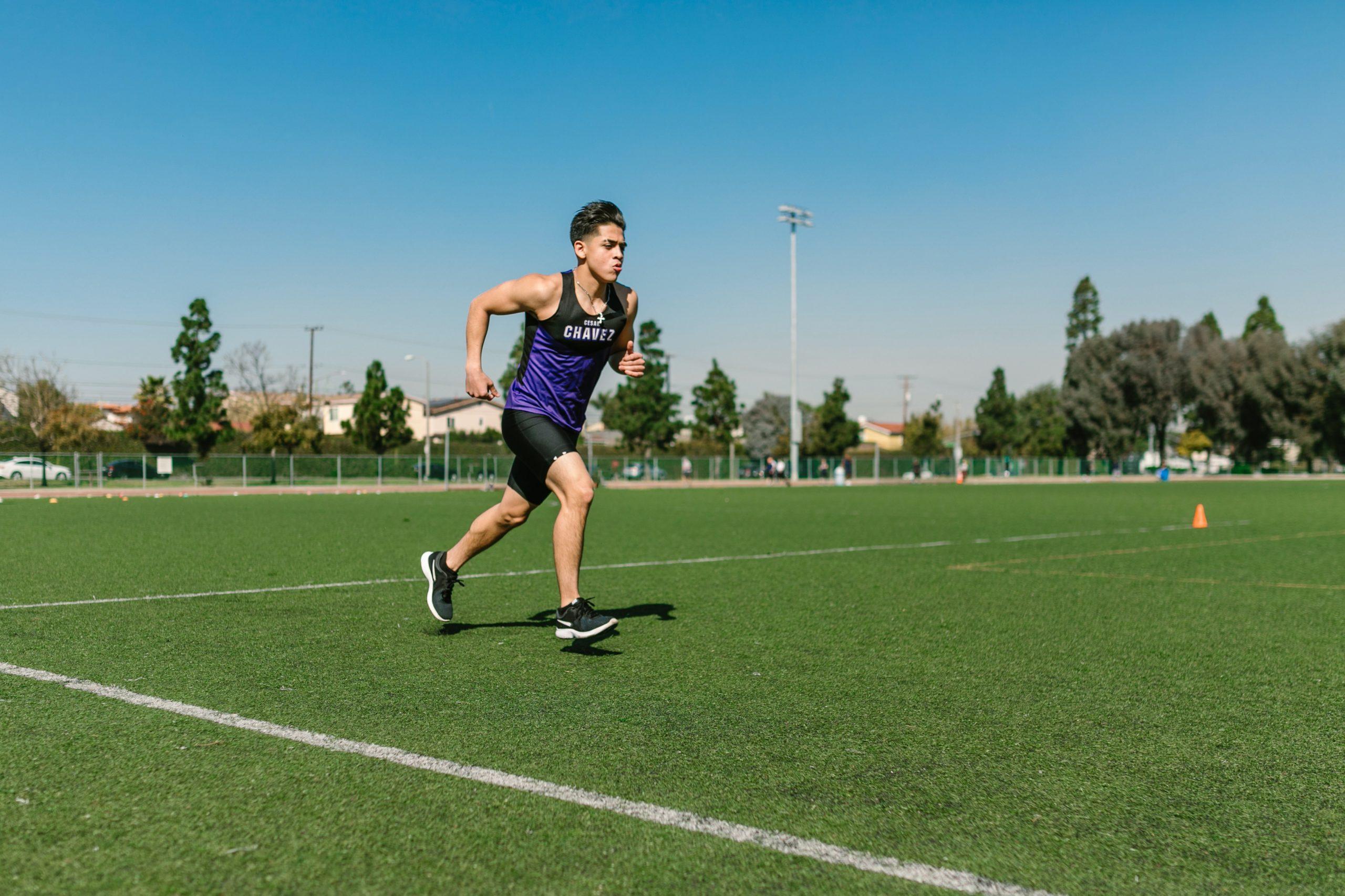 Imagem de um homem jogando futebol.