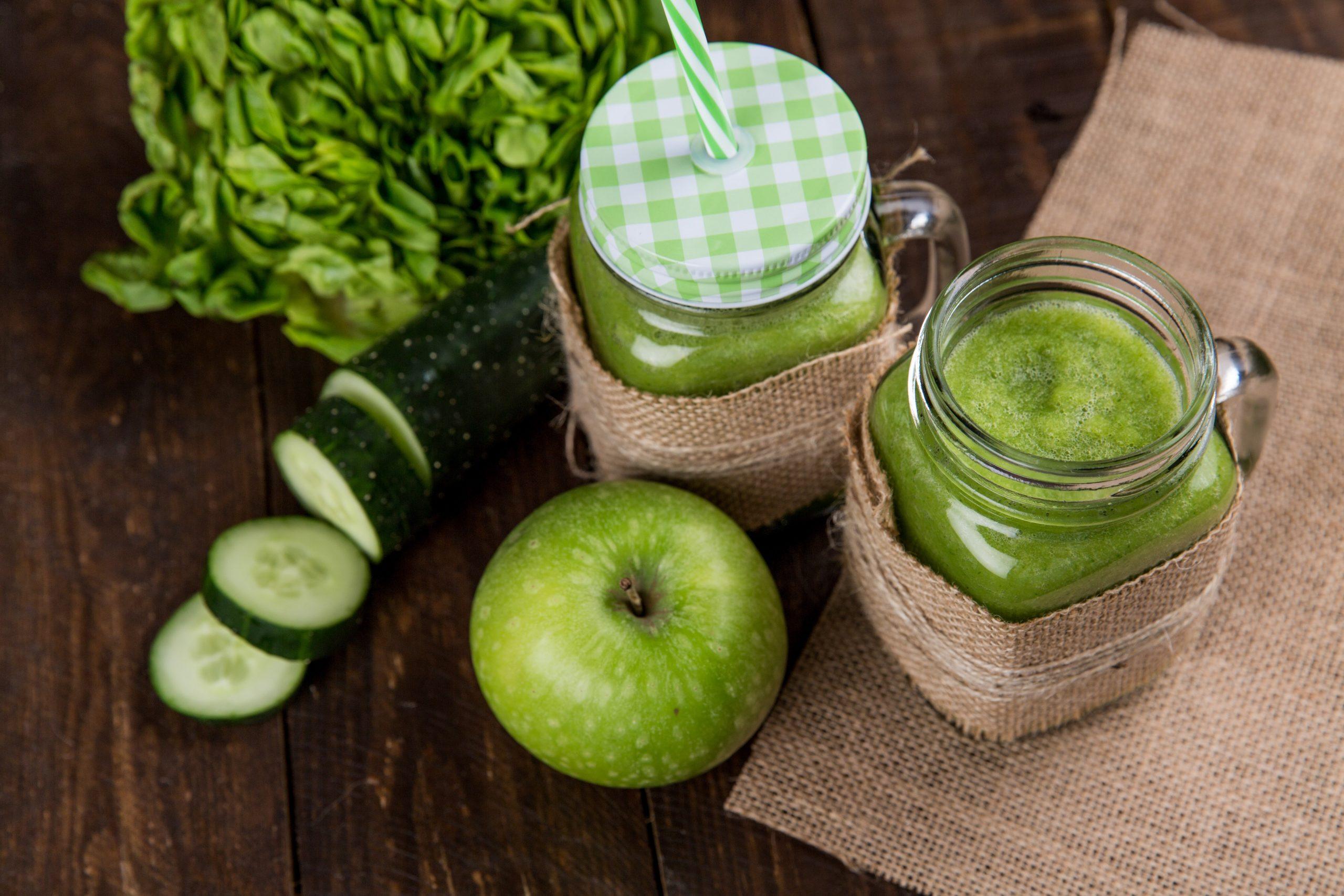 Imagem de dois copos de suco verde.