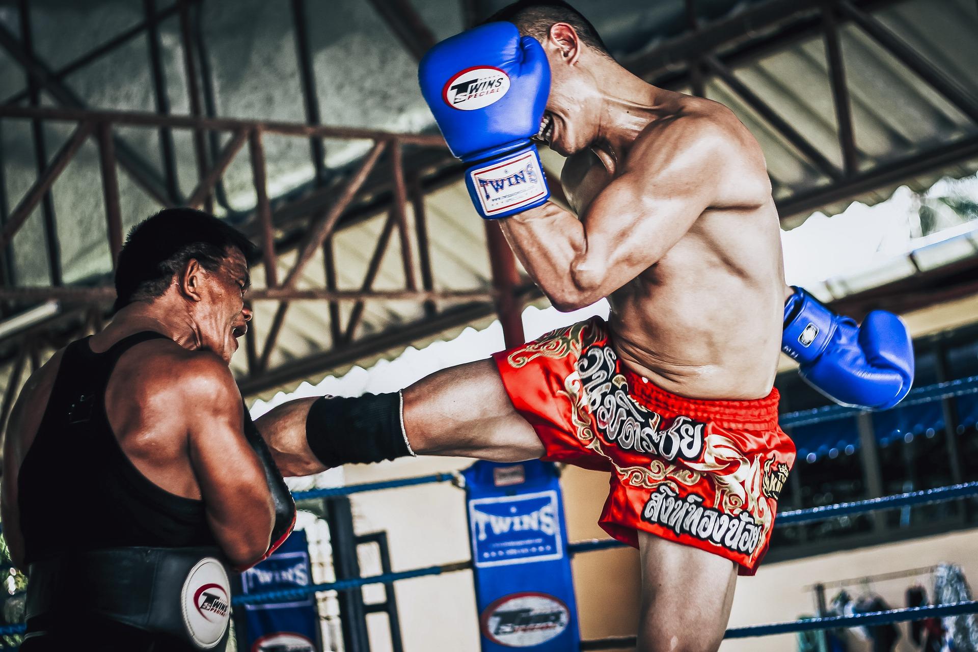 Imagem de um homem treinando muay thai.