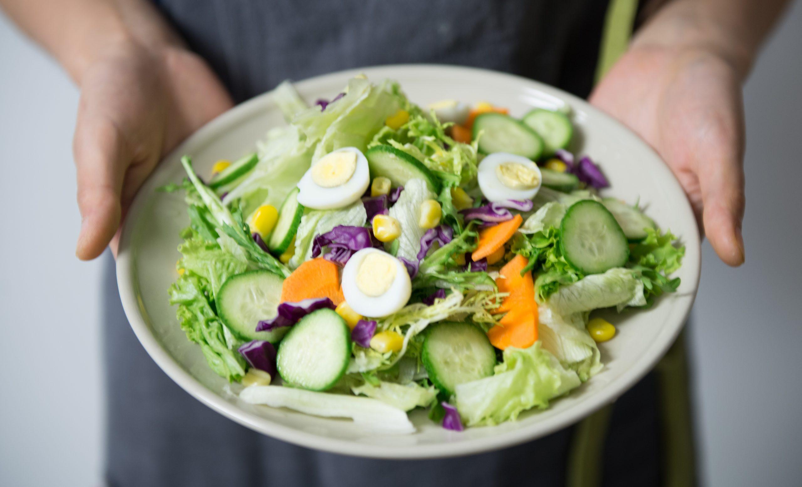 Imagem de um prato de salada.