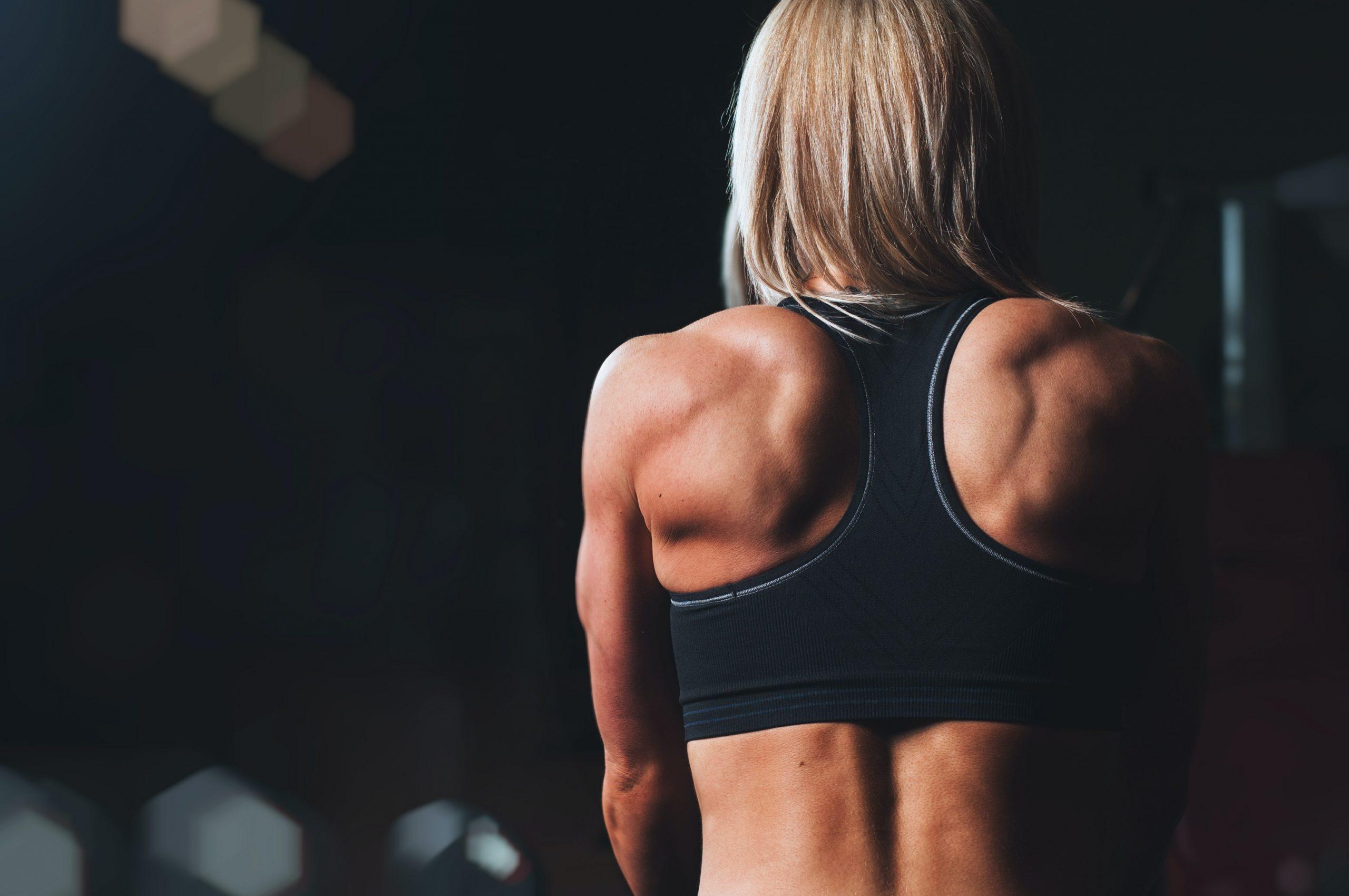 Mulher de costas.