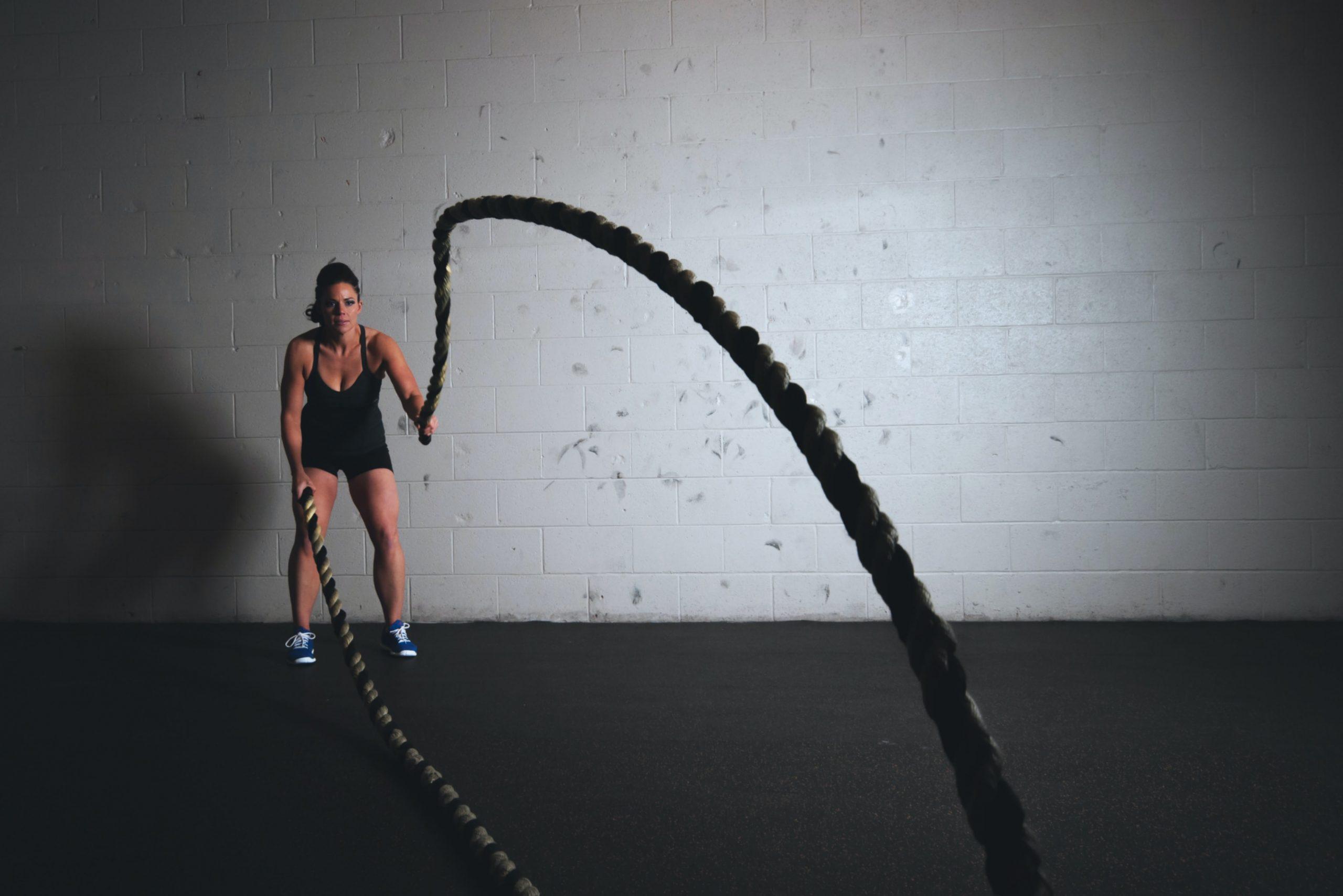Imagem de uma mulher fazendo exercícios com uma corda.