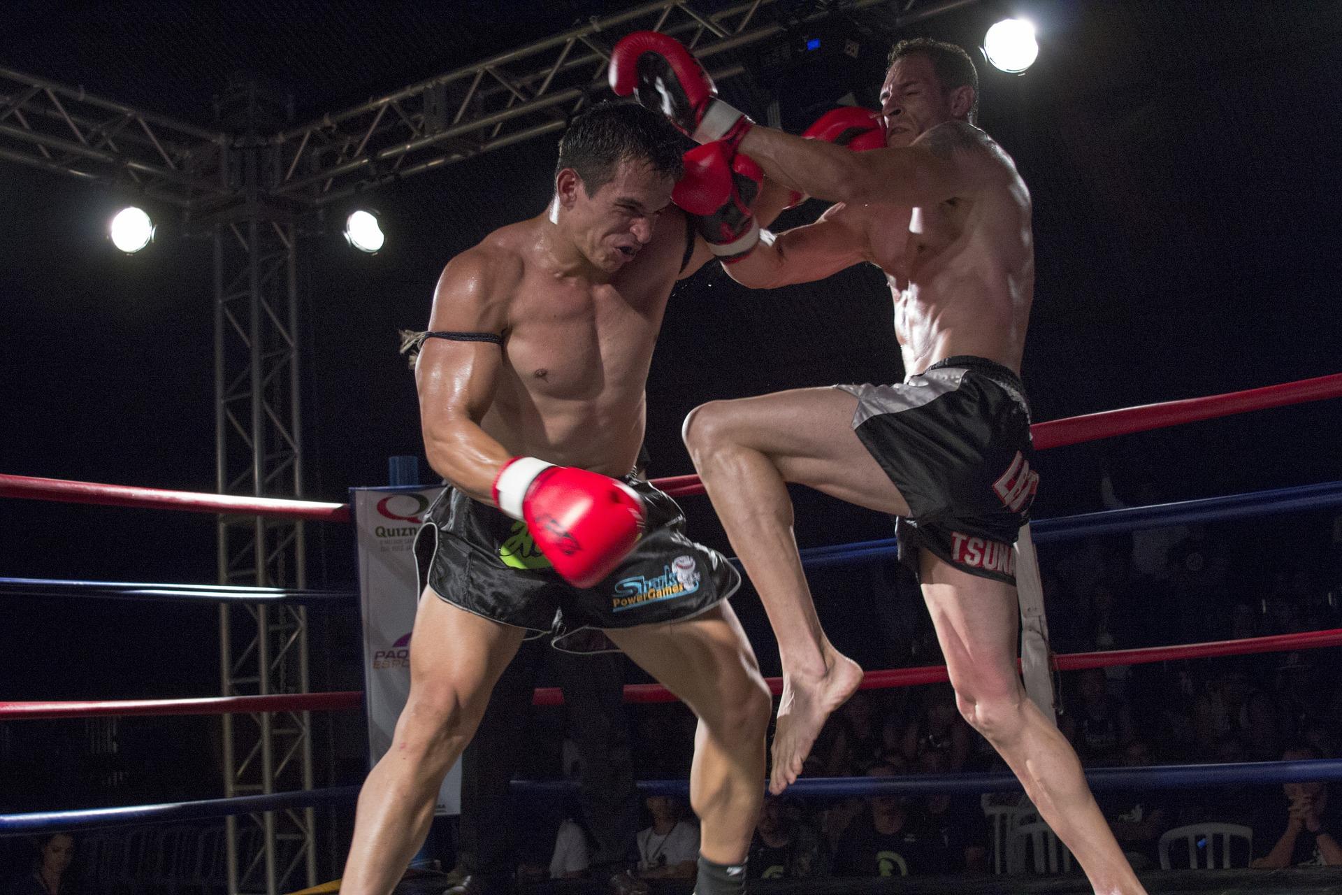 Imagem de dois homens lutando muay thai.