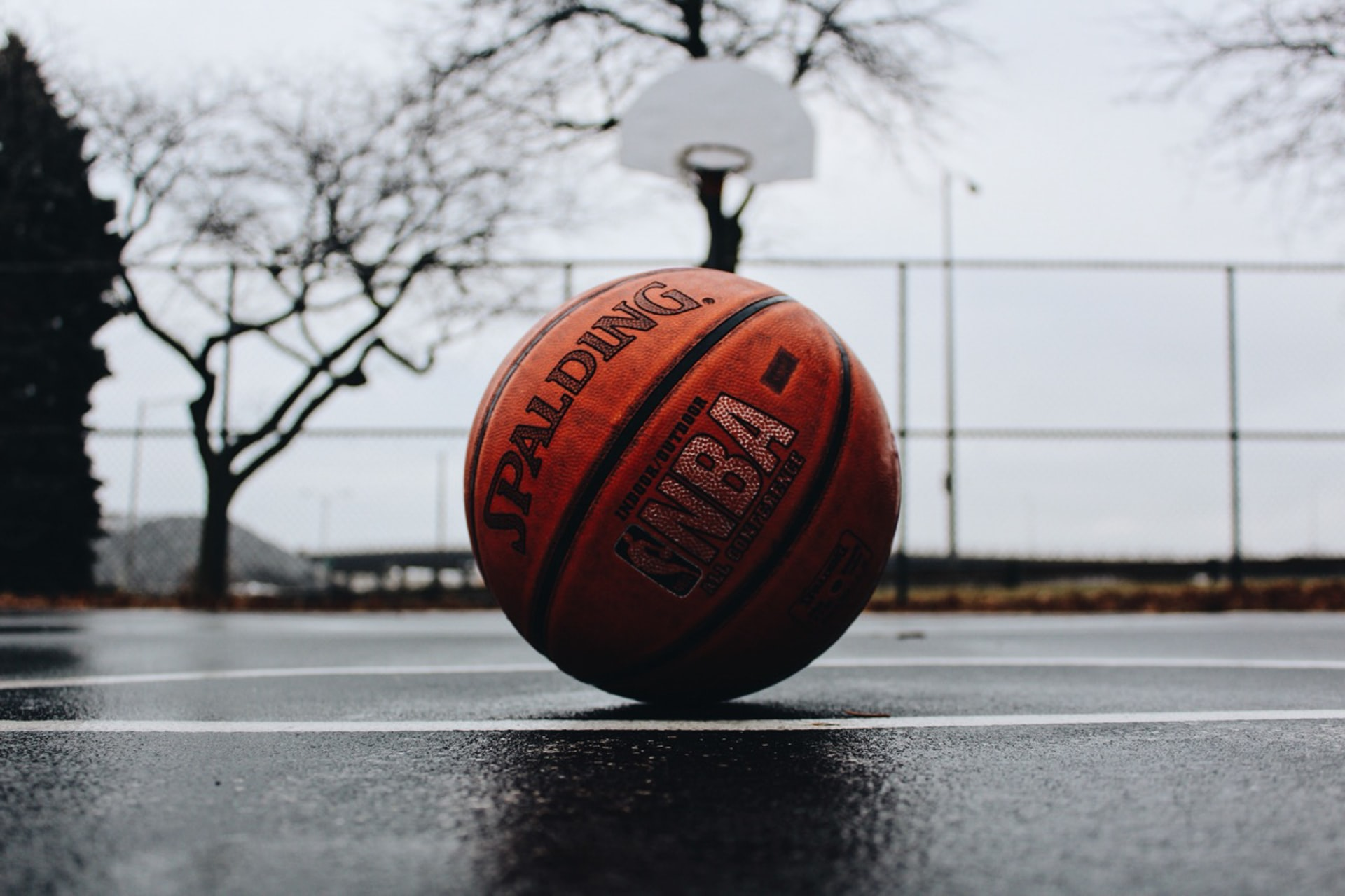 As bolas de borracha são ideais para o basquete de rua, jogado em quadras de cimento.