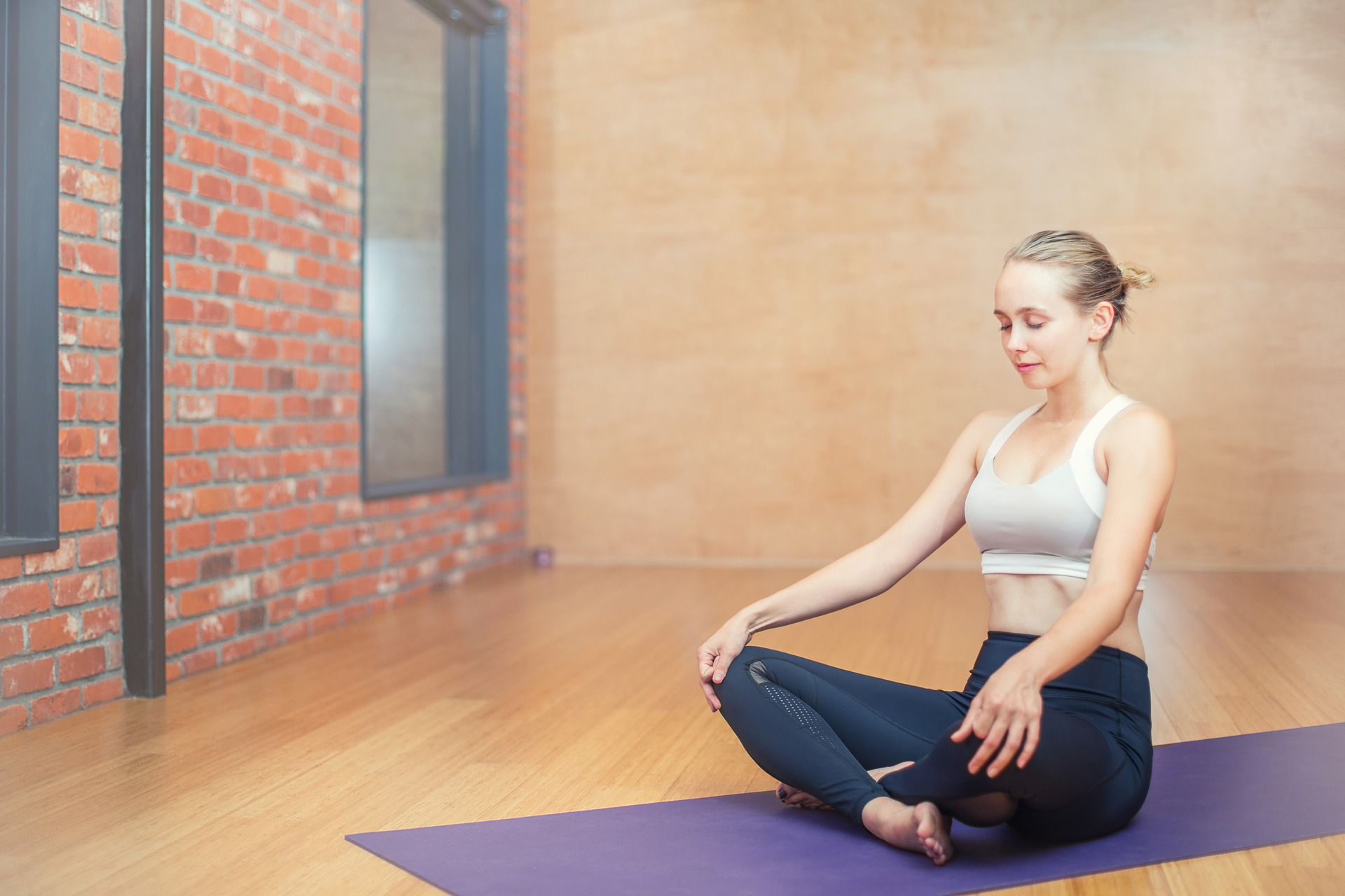 Imagem de uma mulher fazendo yoga.