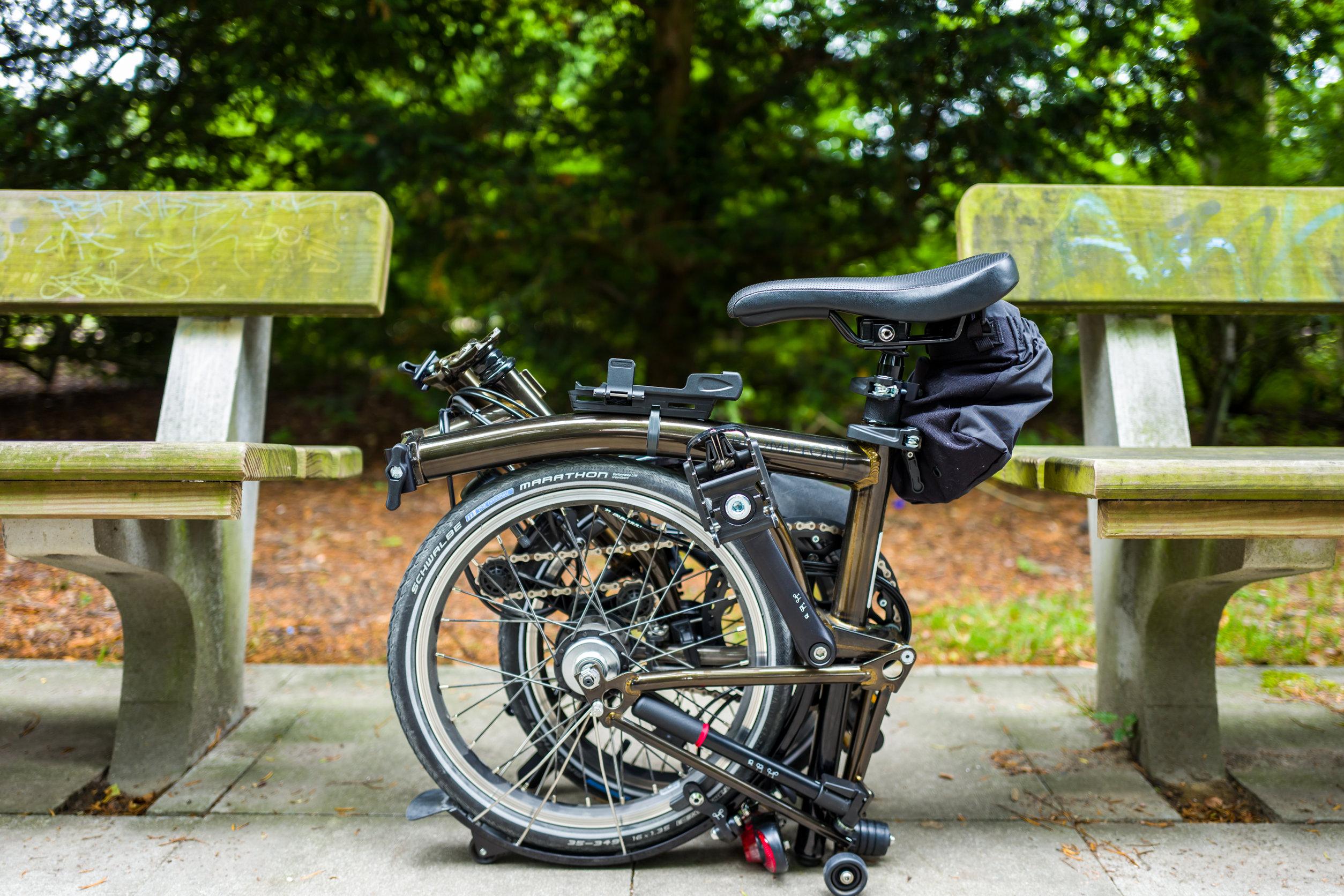 foto de uma bicicleta dobrável em um parque
