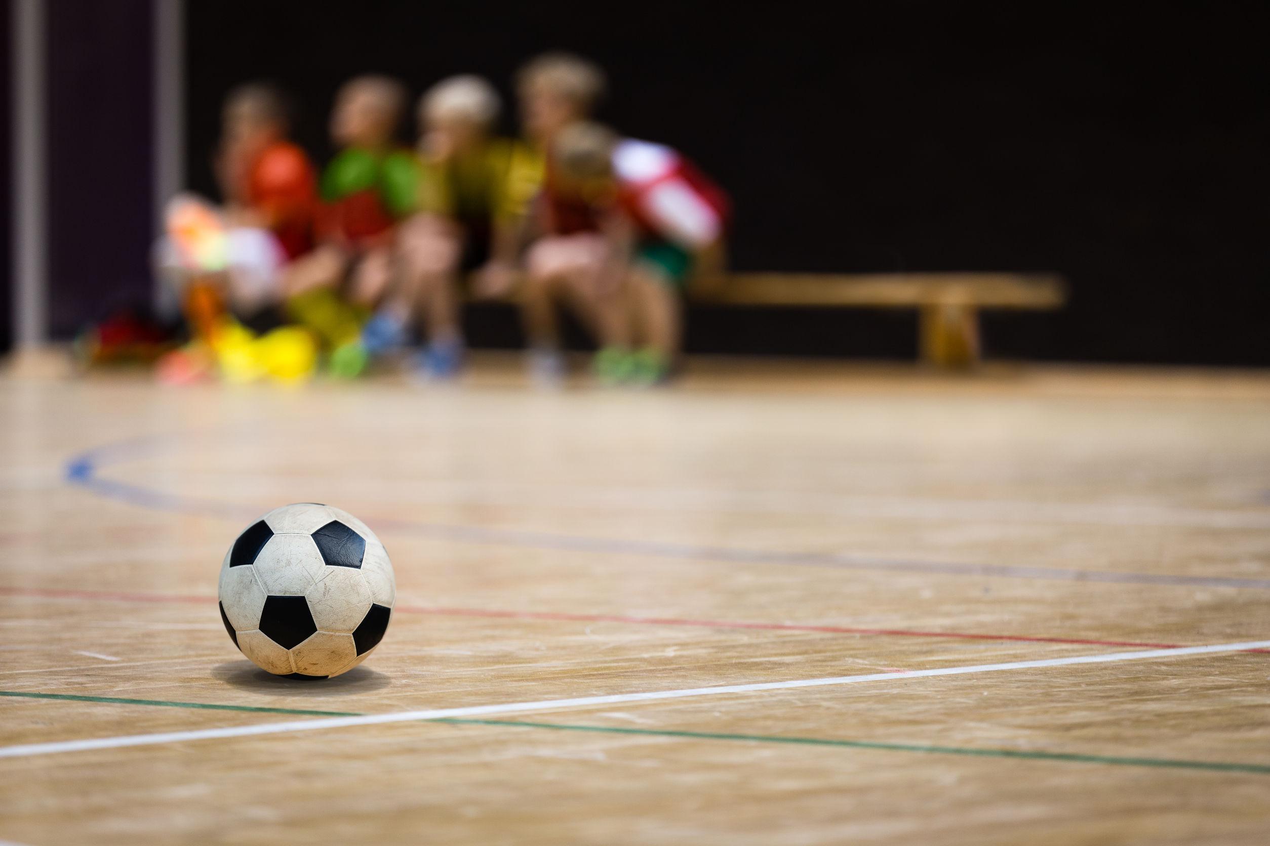 Bola de futebol em uma superfície de madeira