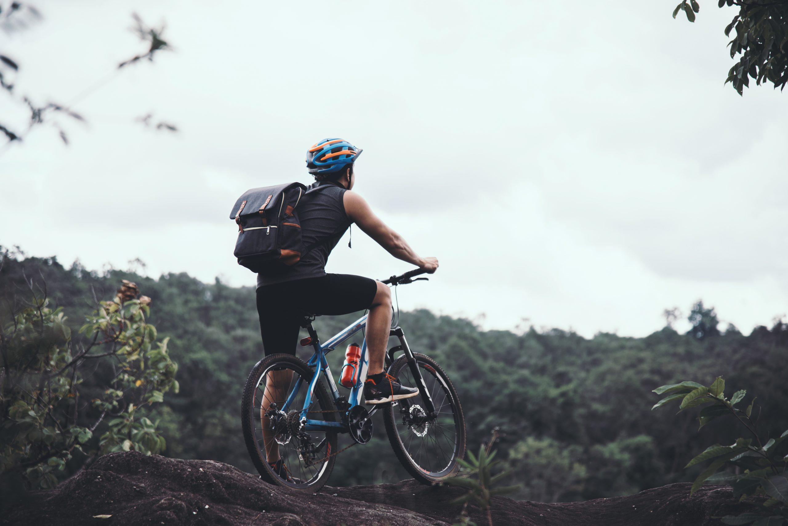 Ciclista andando de bicicleta na natureza