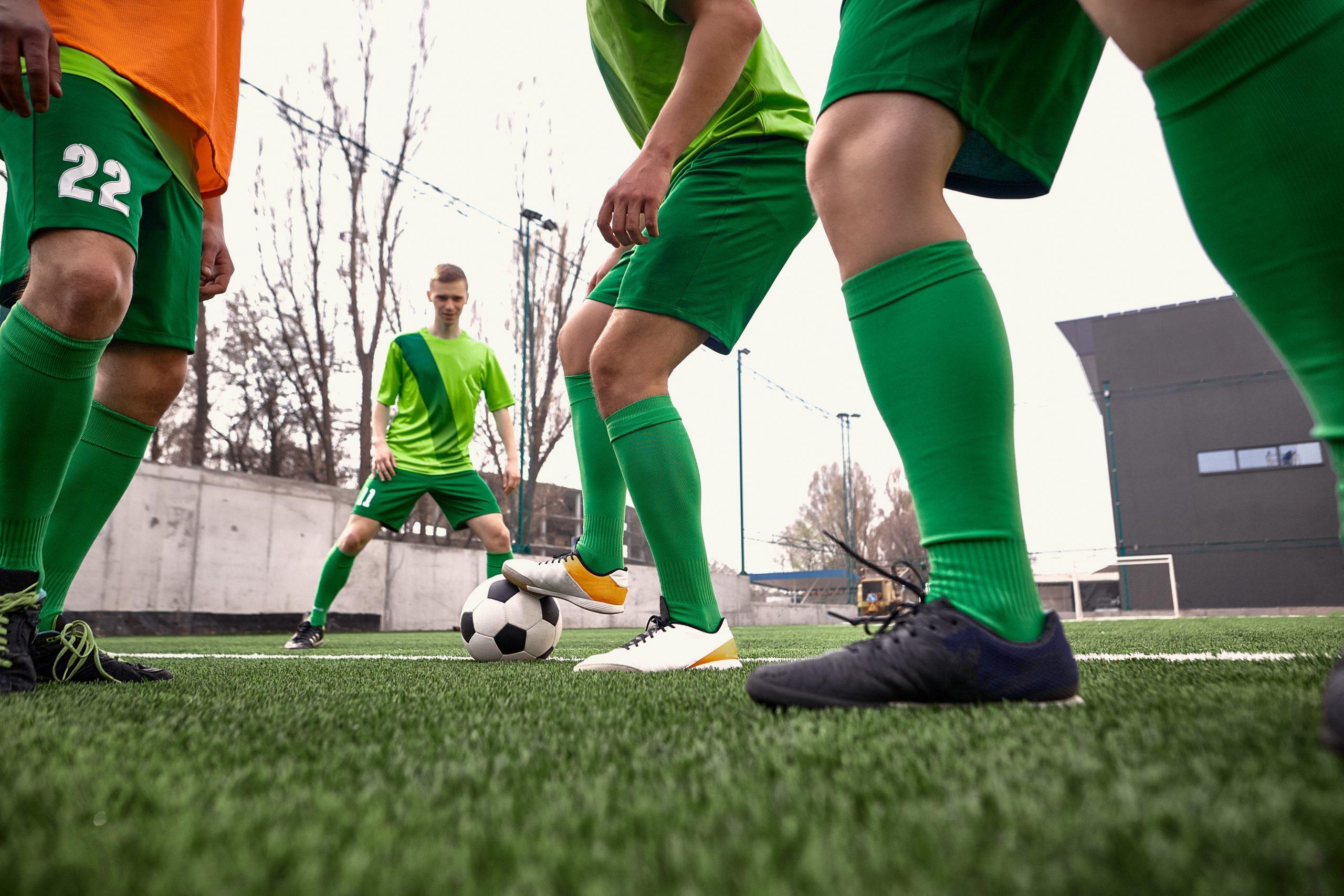 Jovens jogando futebol no campo