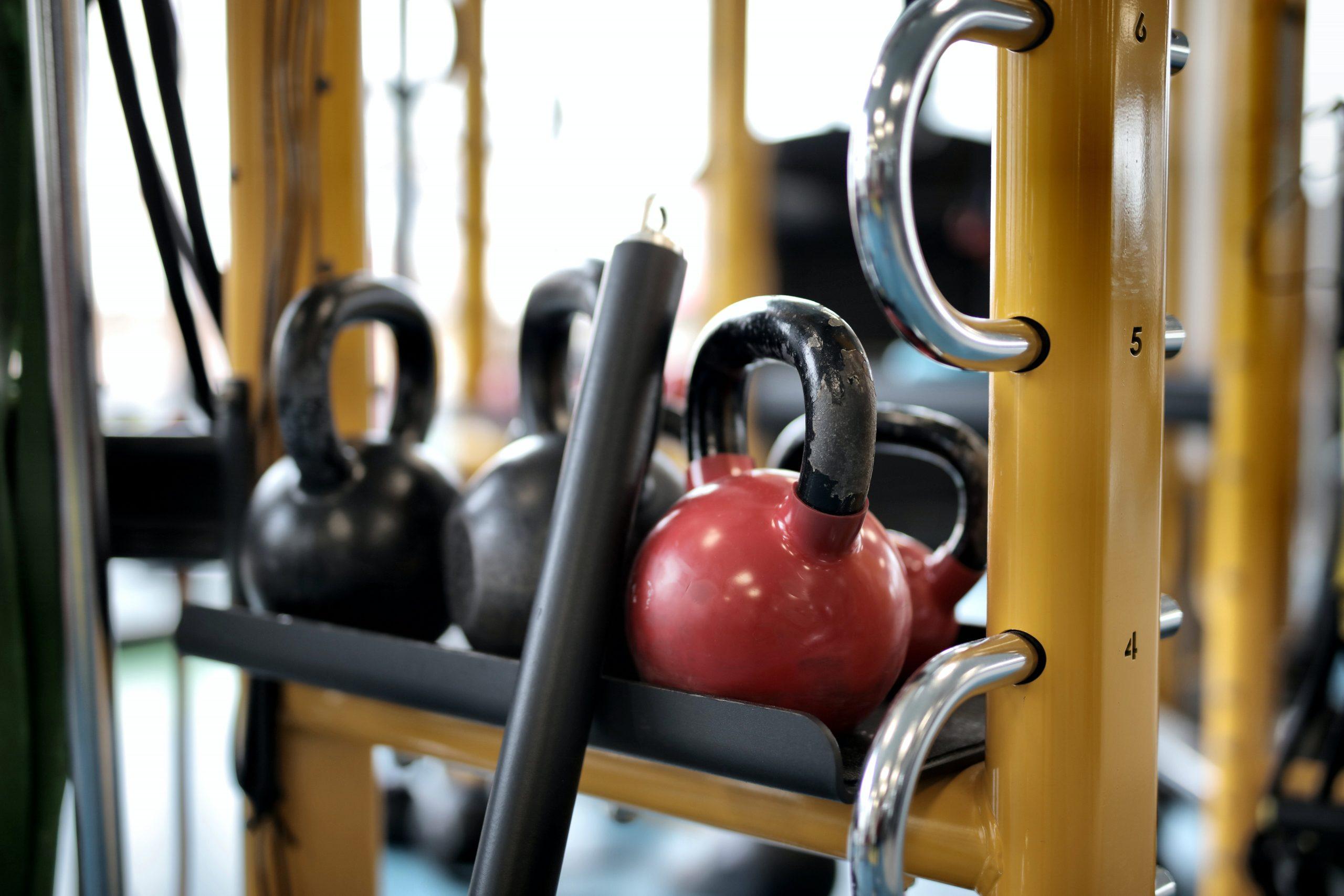 Kettlebells guardados em um armário na academia