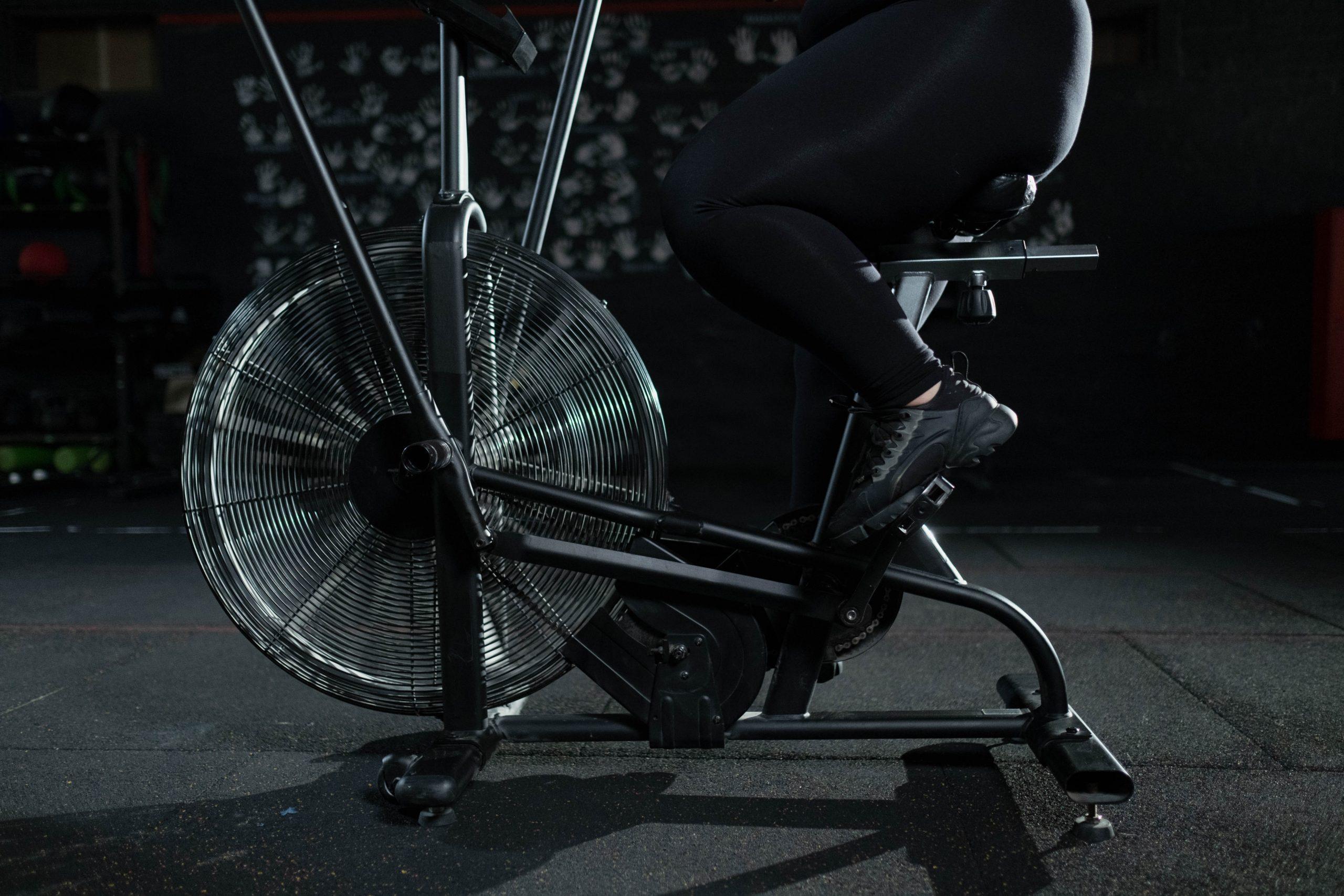 Pessoa sentada em uma air bike