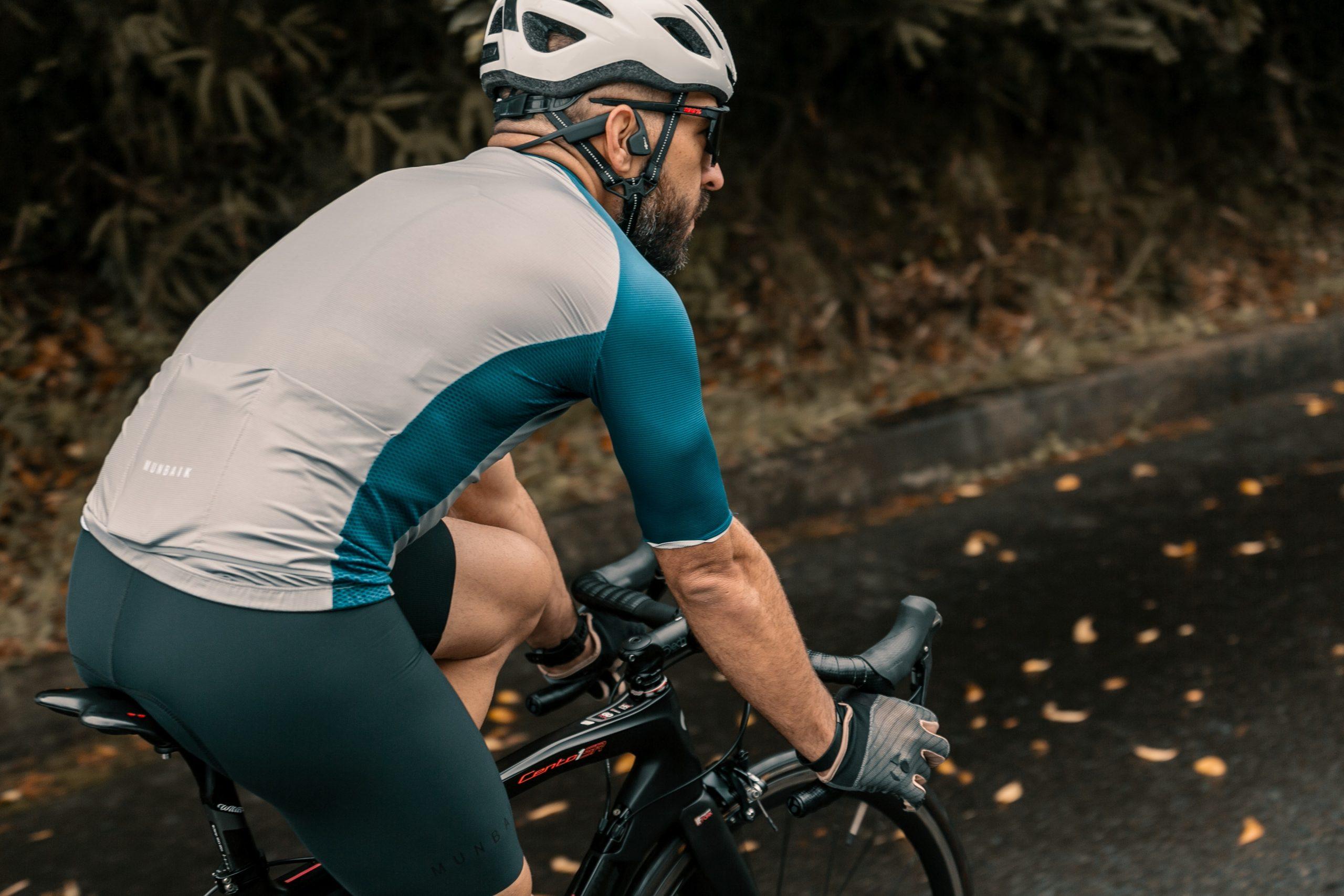 Homem uniformizado com roupa de ciclismo andando de bicicleta