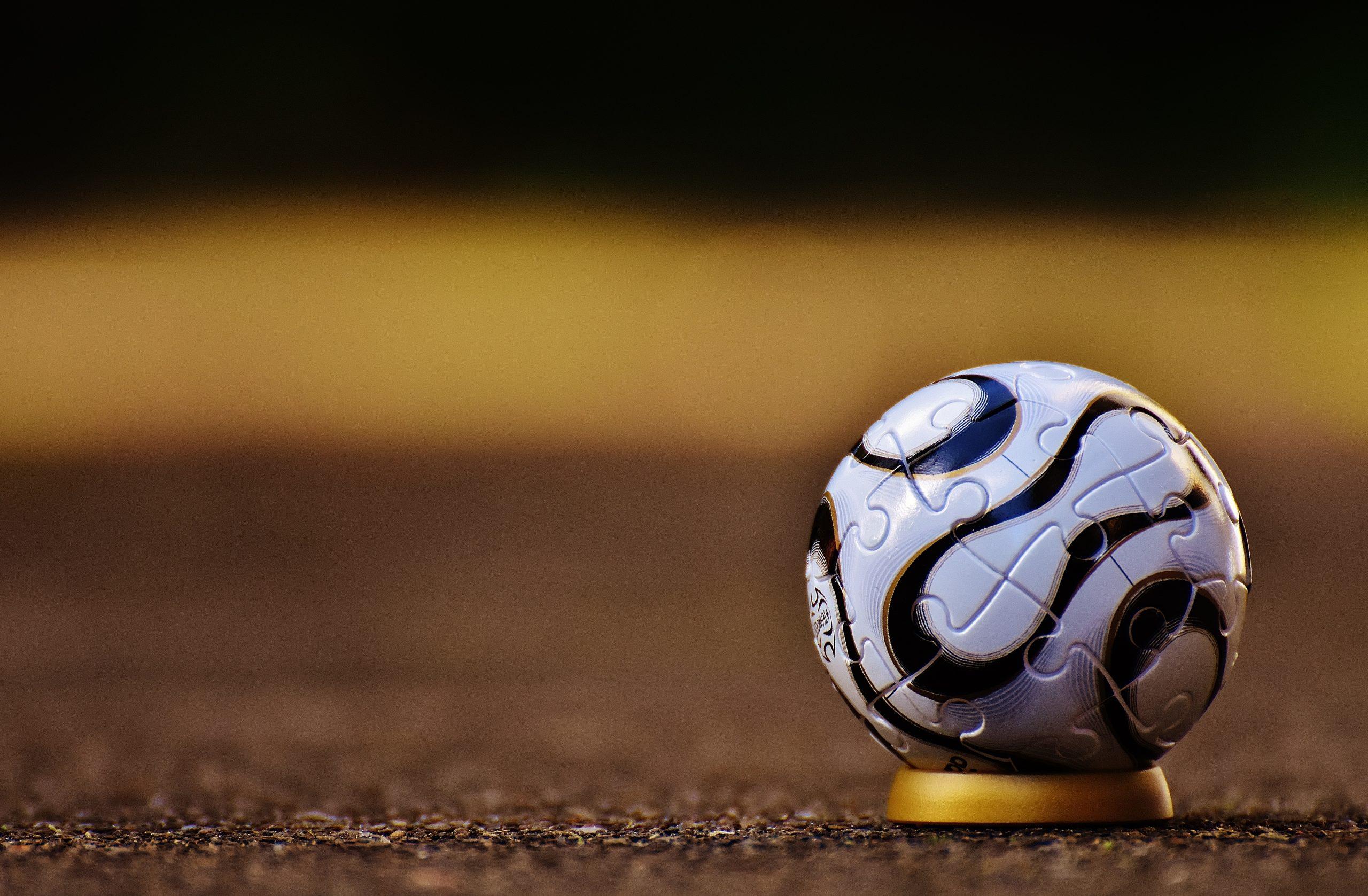 Bola de futebol em um suporte dourado