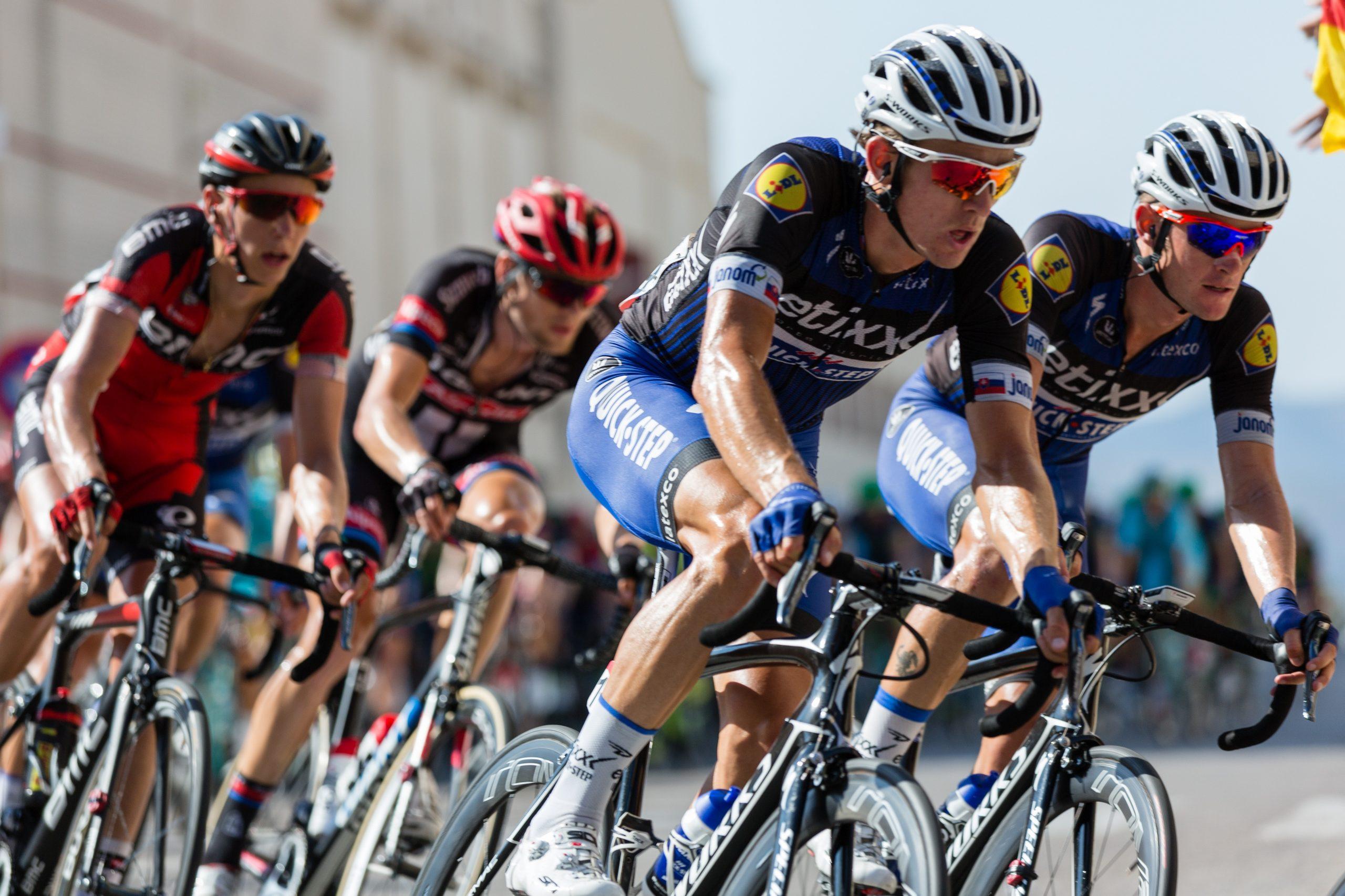 A foto mostra ciclistas em uma corrida profissional de bicicletas