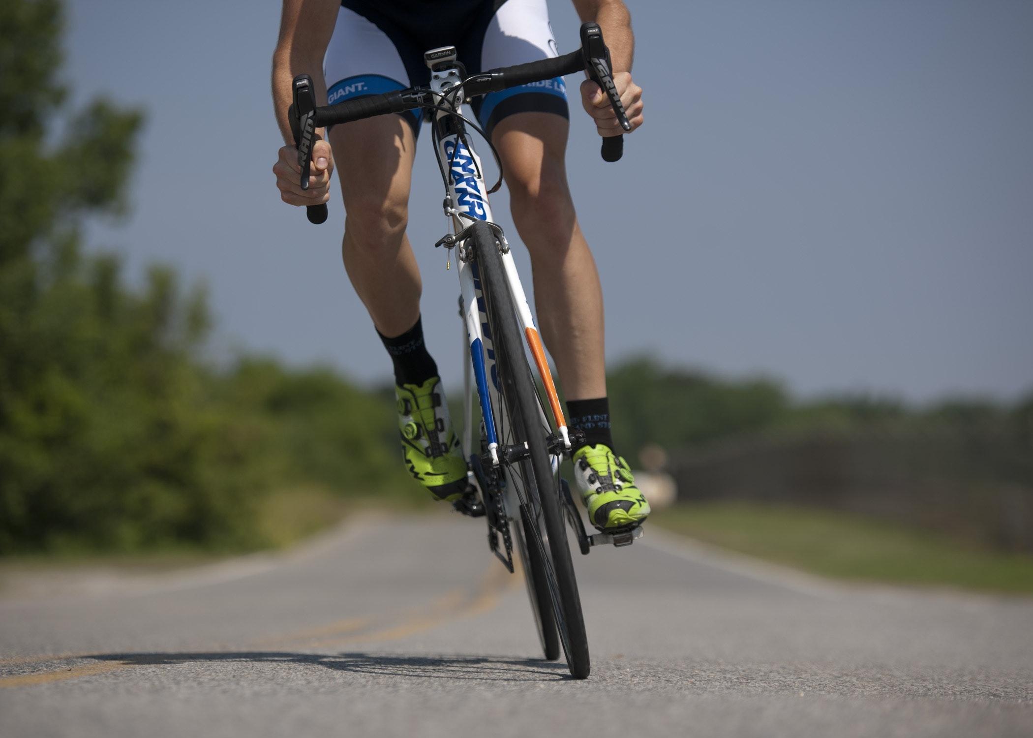 Pessoa andando de bicicleta com roupas e sapatilhas específicas para ciclismo