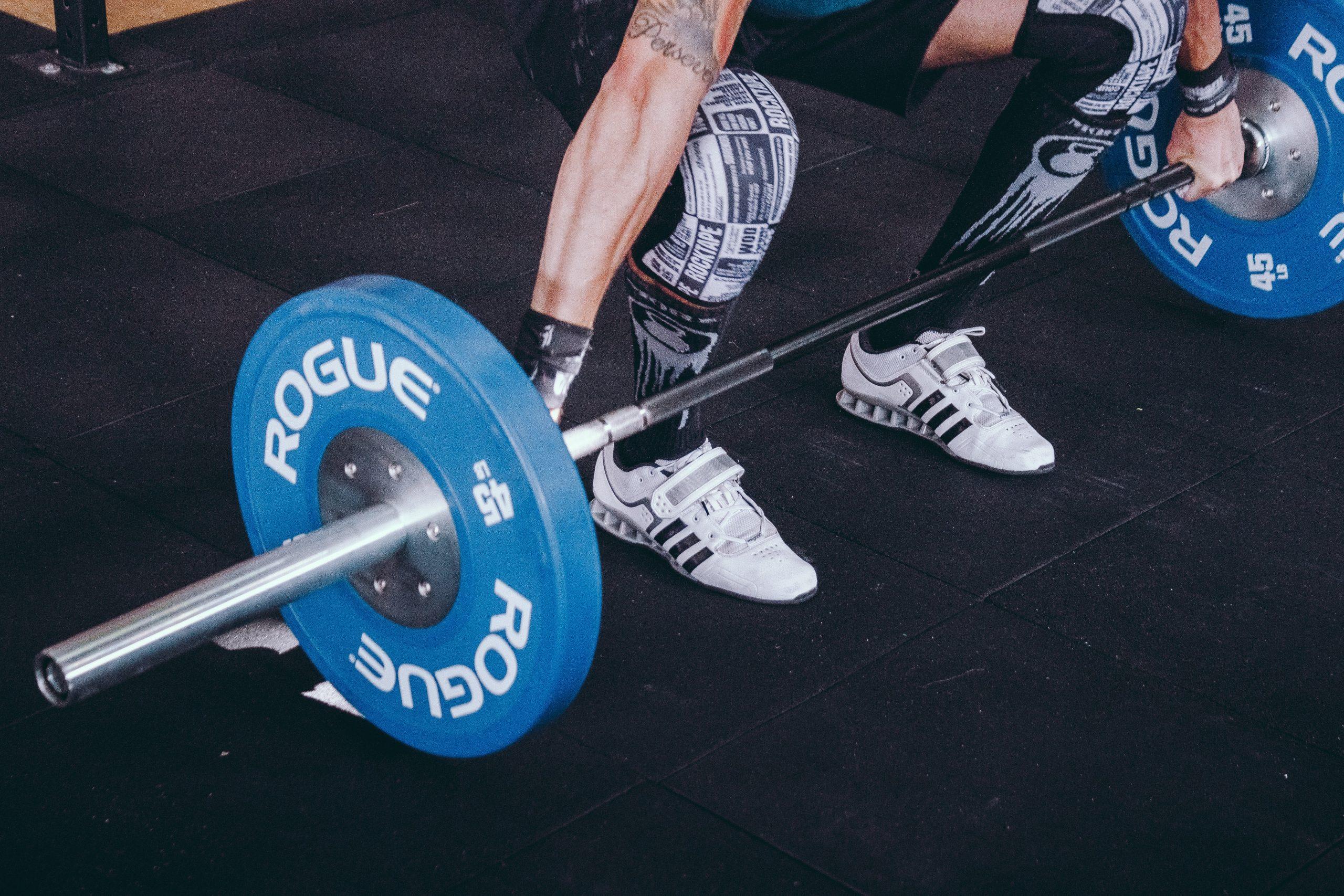 Foto de um atleta se preparando para realizar o movimento do Snatch